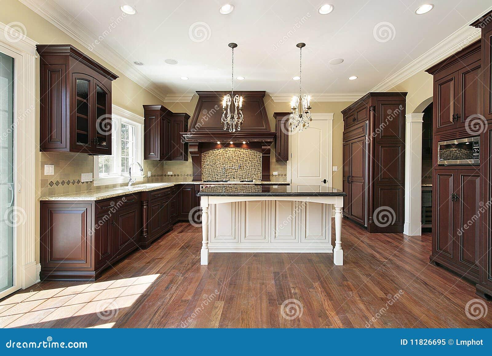 Cucina con l 39 isola bianca immagine stock immagine di - Cucina con l isola ...