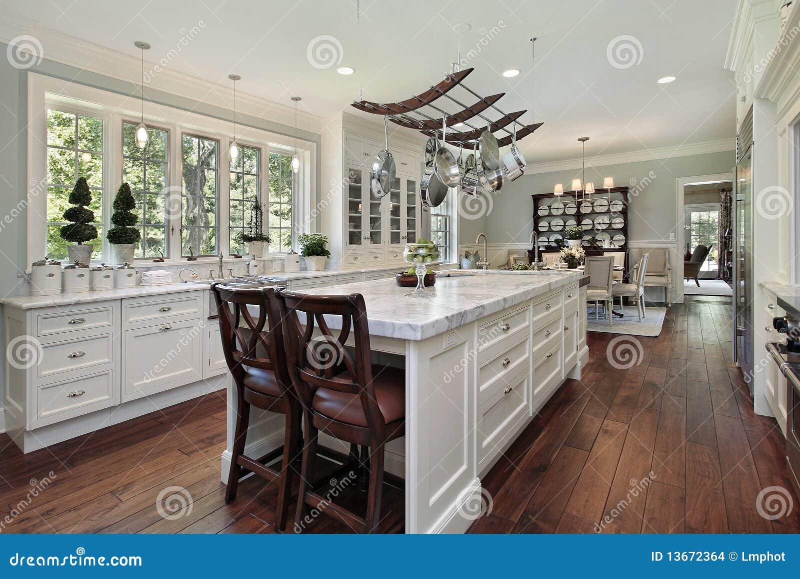 cucina con l'isola bianca del granito immagini stock - immagine ... - Cucina Bianca Con Isola