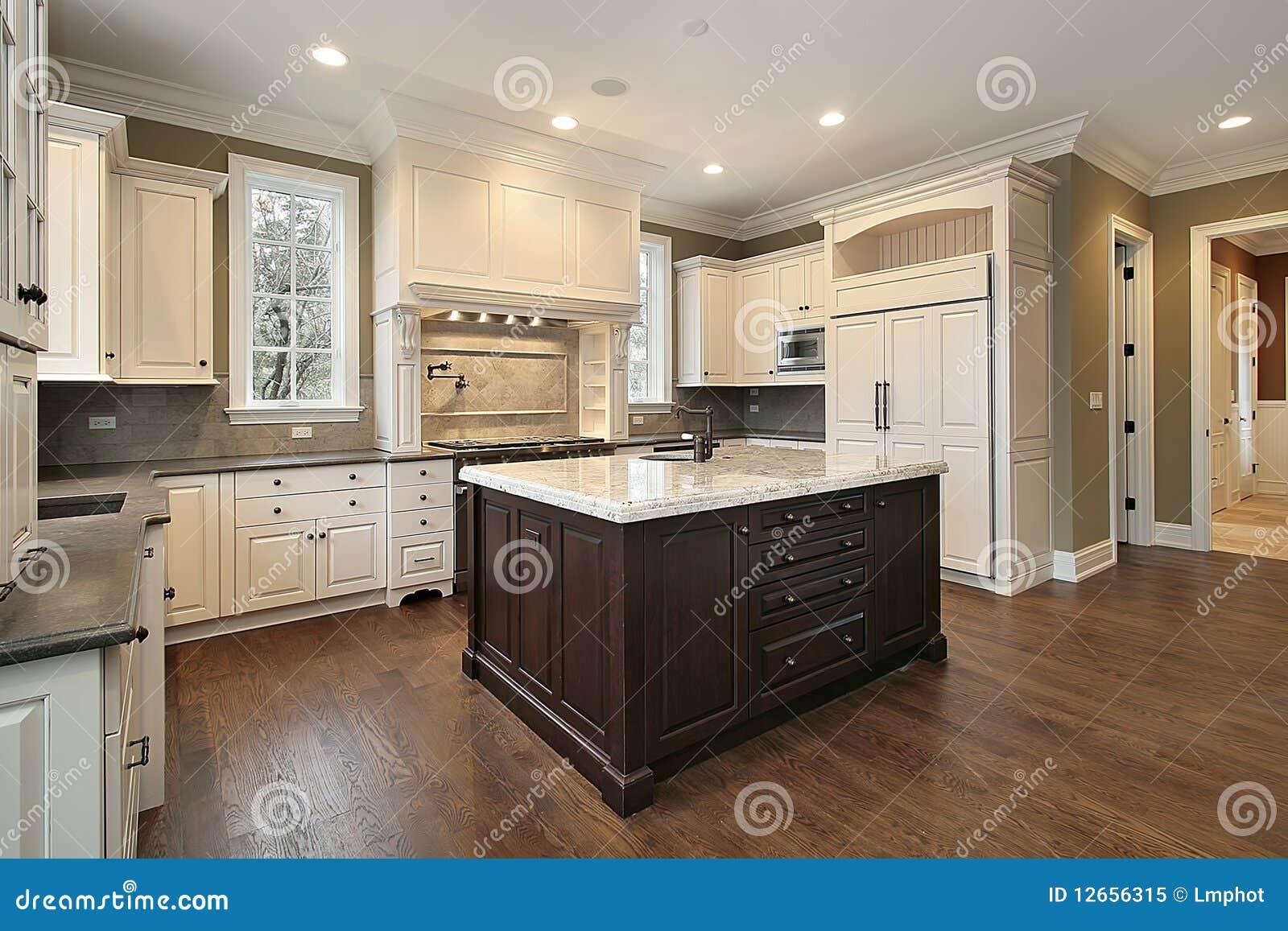 Cucina con l 39 isola del granito e di legno immagine stock - Cucina con l isola ...
