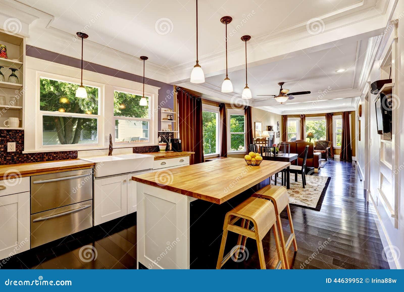 Cucina con l 39 isola di legno del ripiano fotografia stock for Cucina a concetto aperta con isola