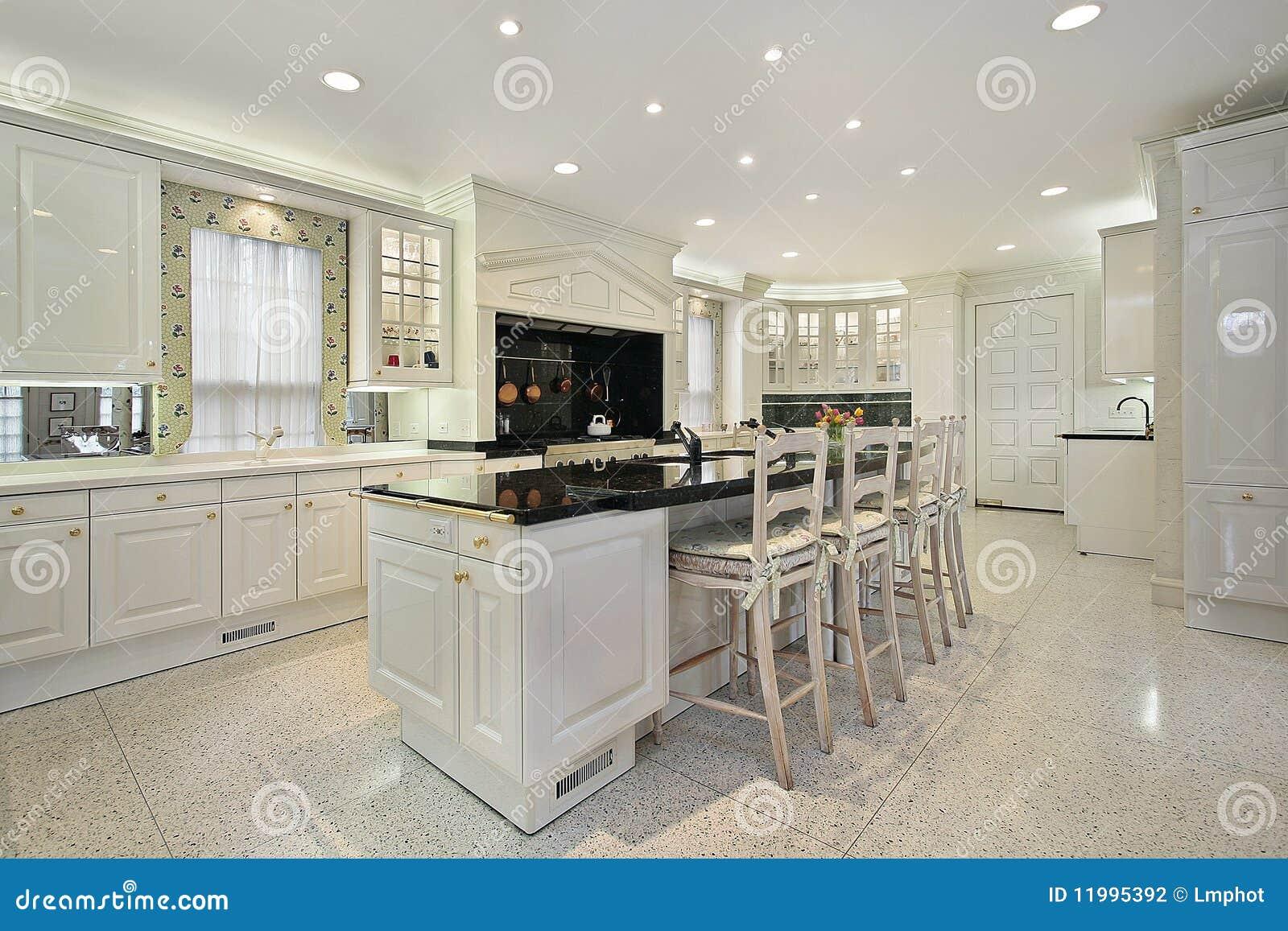 Cucina Con L\'isola Superiore Di Marmo Fotografia Stock - Immagine di ...