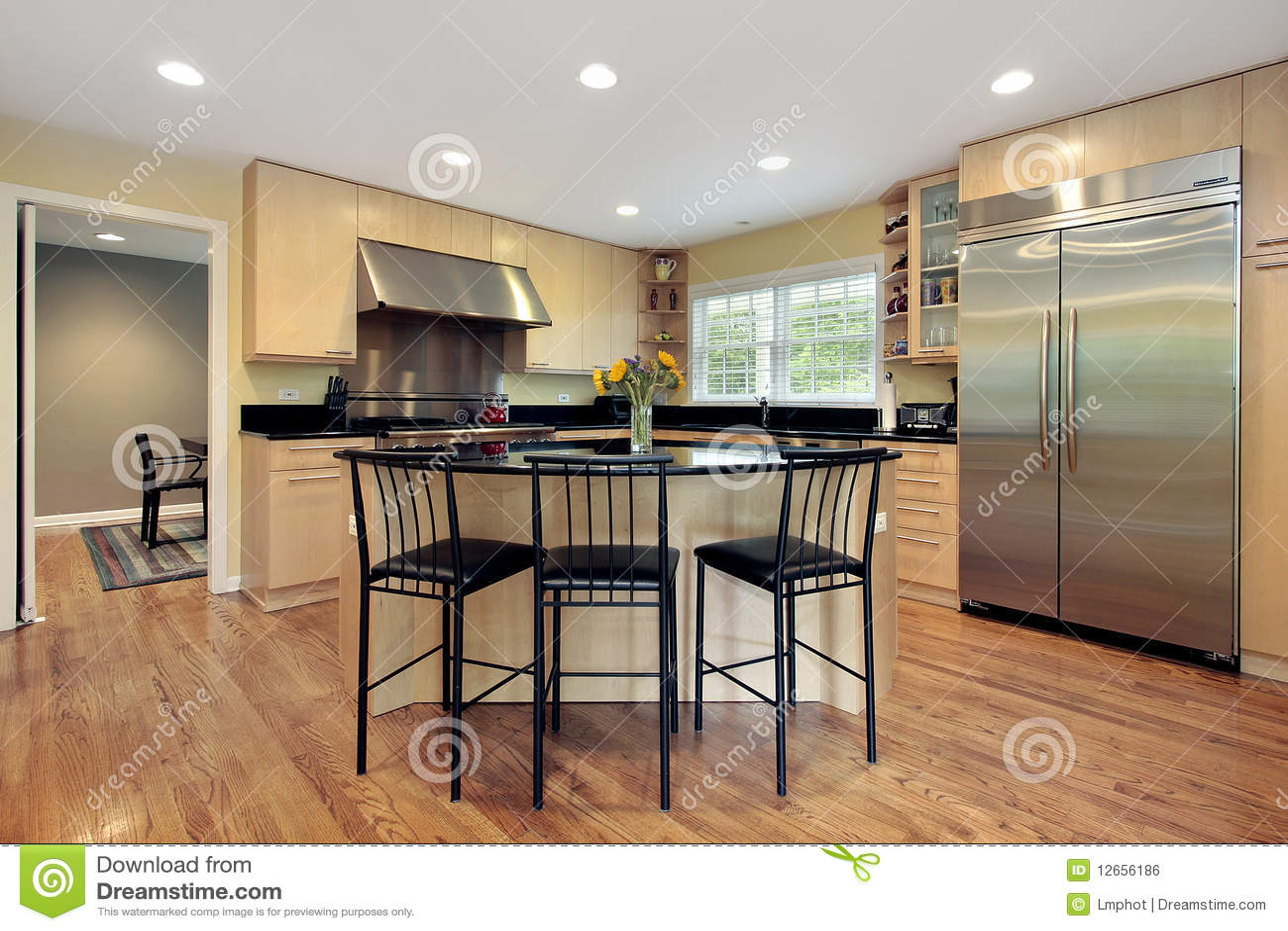 Cucina con l 39 isola e gli sgabelli immagine stock libera da - Sgabelli per isola cucina ...