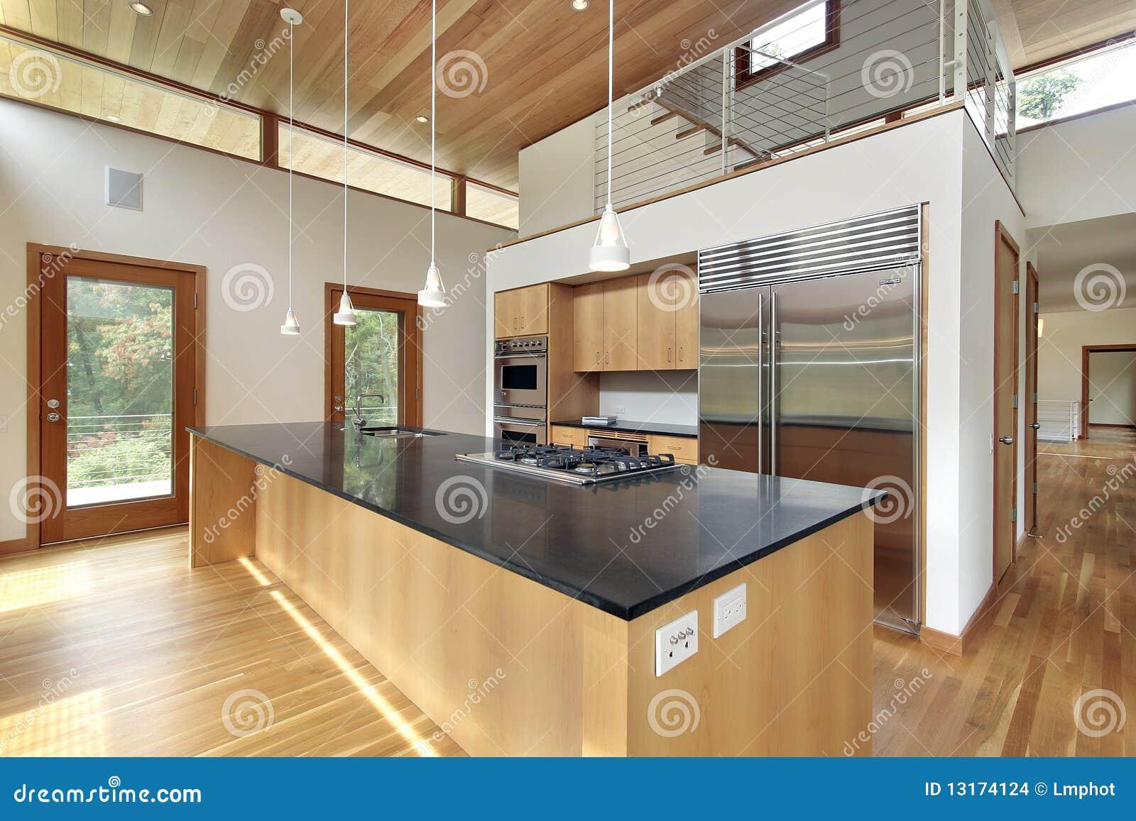 Cucina Con L'isola Nera Del Granito Immagini Stock - Immagine ...