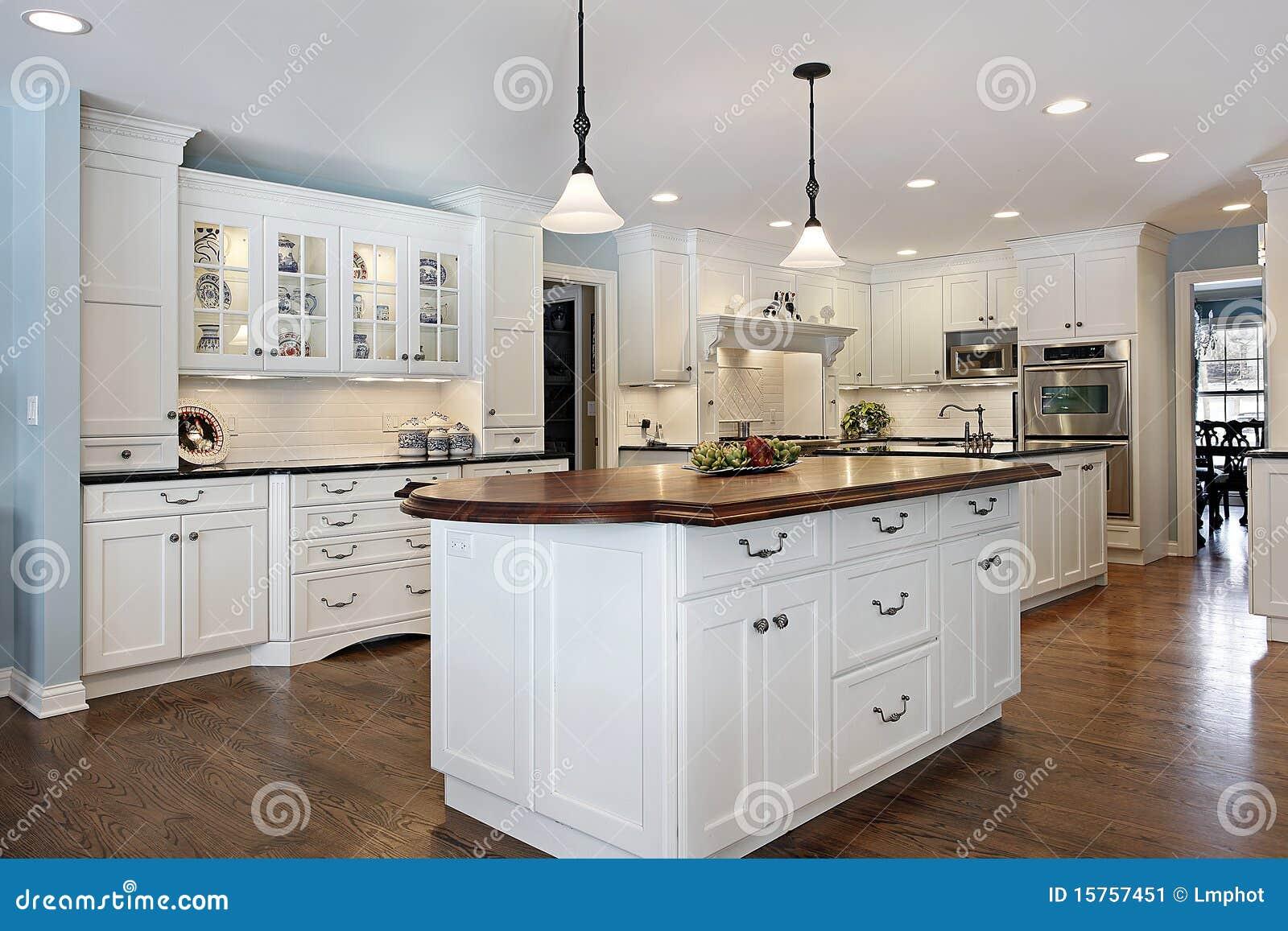 Cucina con l isola superiore di legno