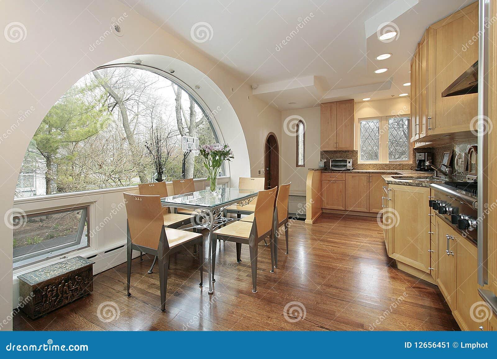 Cucina con la finestra incurvata immagine stock immagine for Finestra in cucina