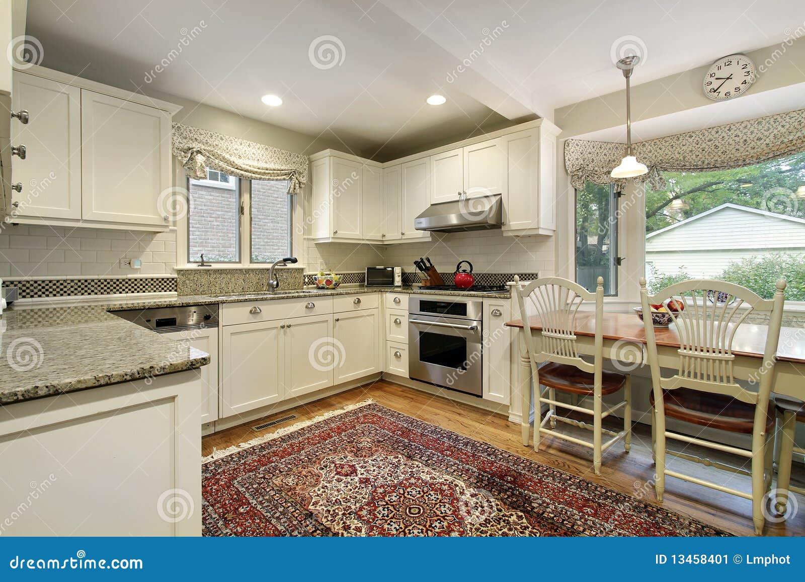 Cucina con la finestra panoramica immagine stock for Finestra in cucina