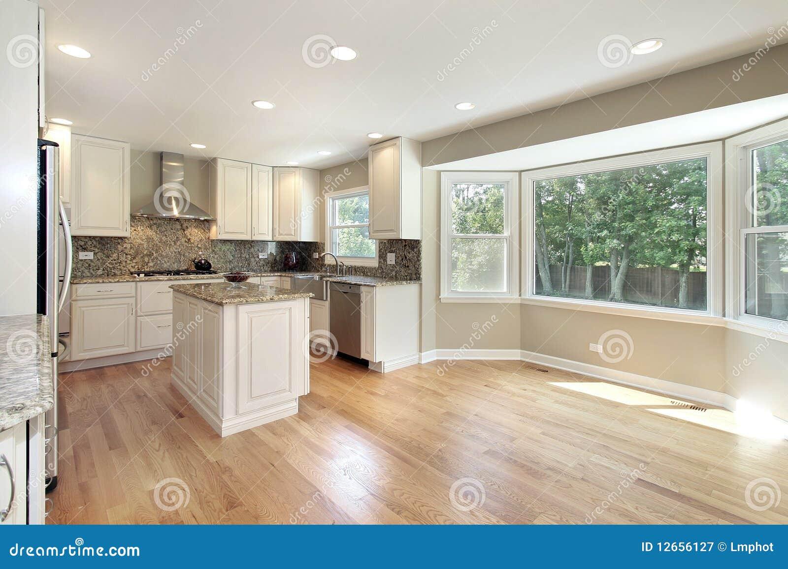 cucina con la grande finestra panoramica immagine stock