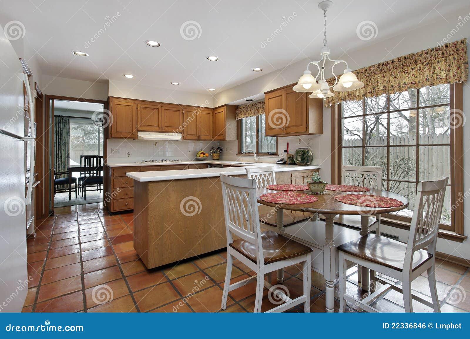 Cucina con la pavimentazione di terracotta fotografia stock
