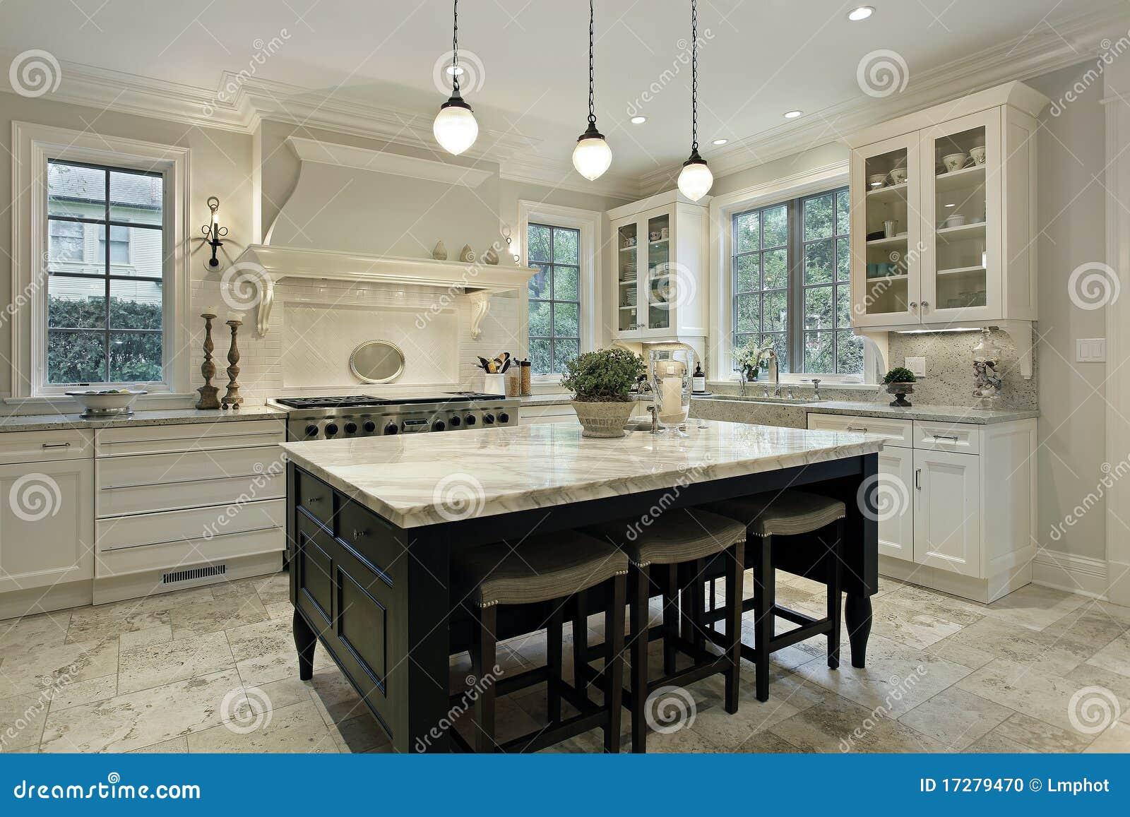 Cucina con le contro parti superiori del granito