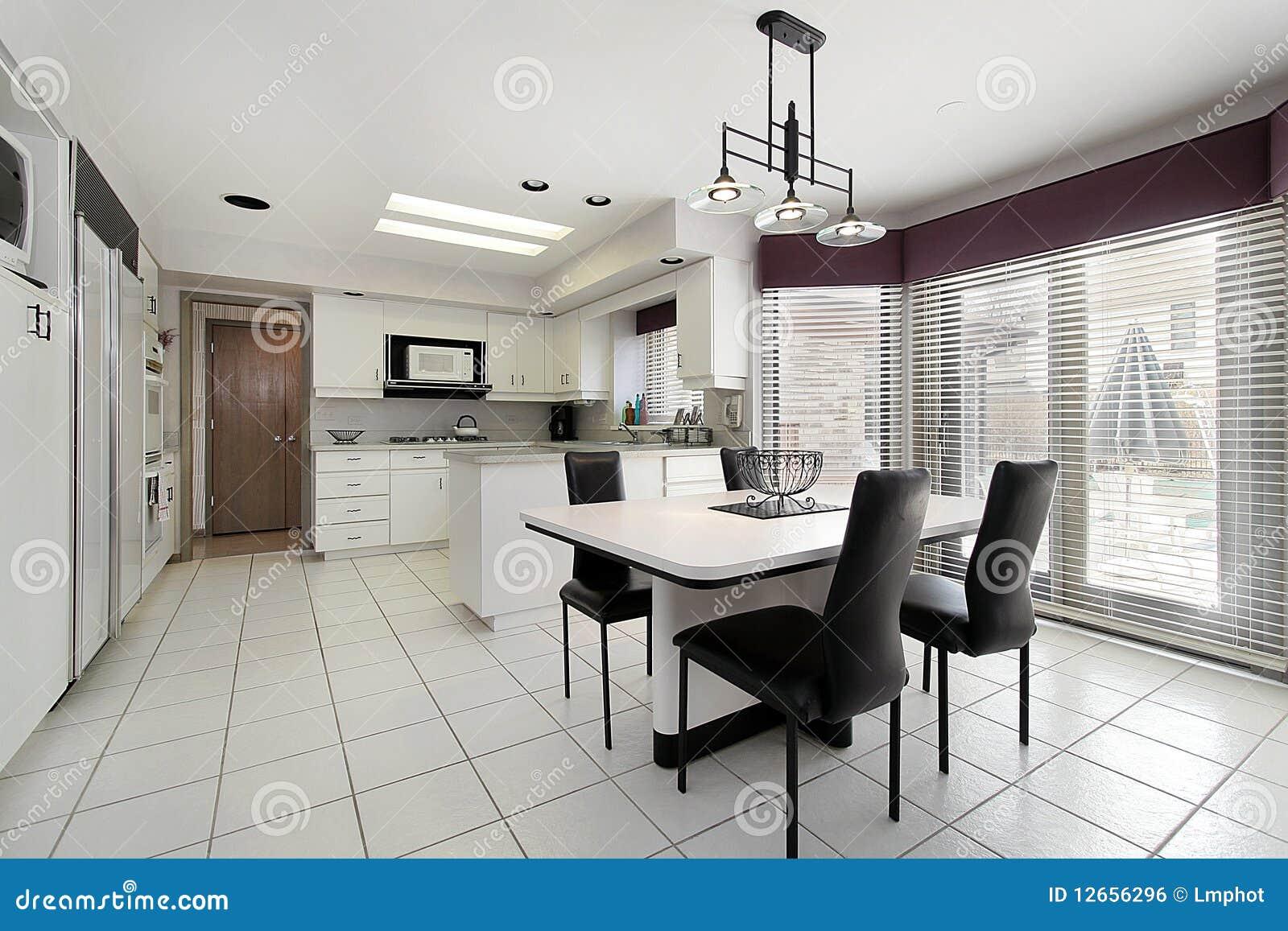 Piastrelle Da Cucina Bianche : Cucina con le mattonelle bianche fotografia stock immagine di
