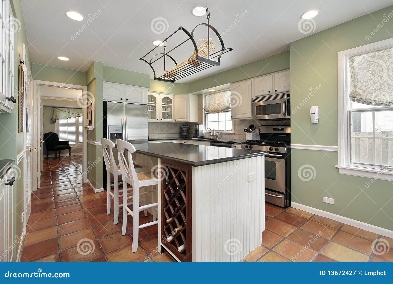 Cucina con le mattonelle di pavimento di terracotta stock photos