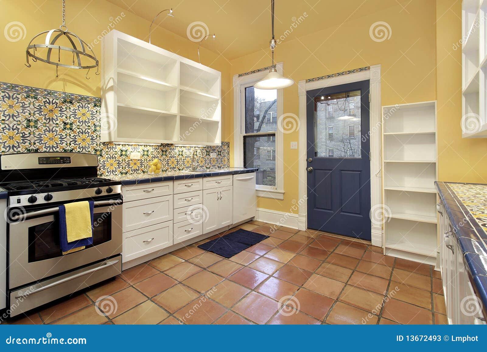 Cucina con le mattonelle di pavimento di terracotta immagine stock immagine di lusso decori - Mattonelle pavimento cucina ...