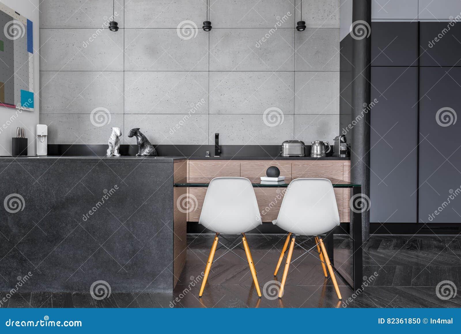 Cucina con le mattonelle grige della parete fotografia stock