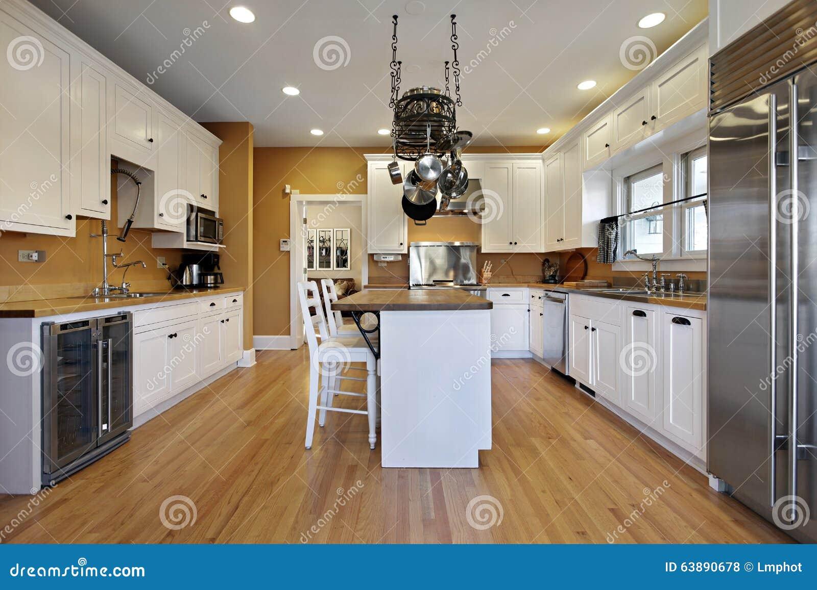 Cucina Con Le Pareti Colorate Oro Fotografia Stock - Immagine di ...