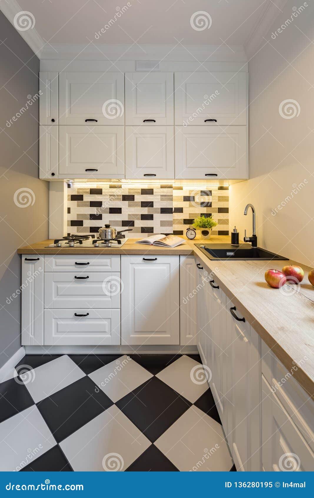 Cucina Con Le Piastrelle Per Pavimento Moderne Immagine Stock ...