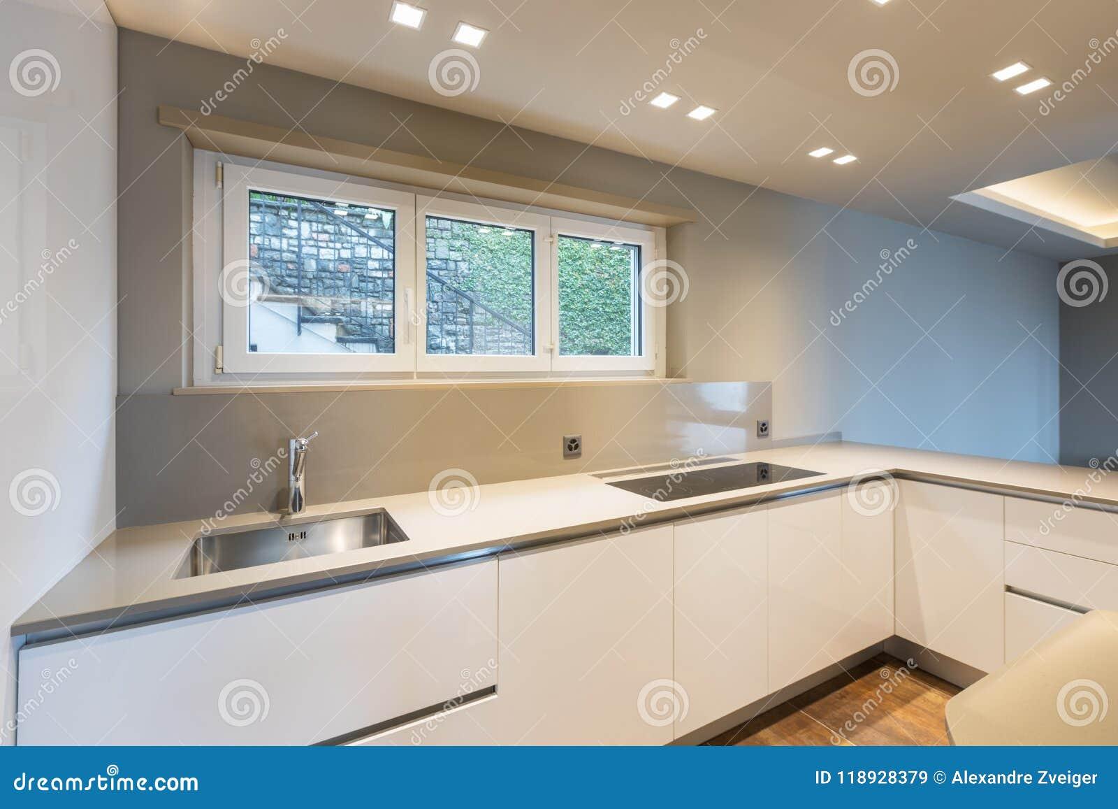 Cucina con mobilia bianca moderna e l ultimo applia della generazione