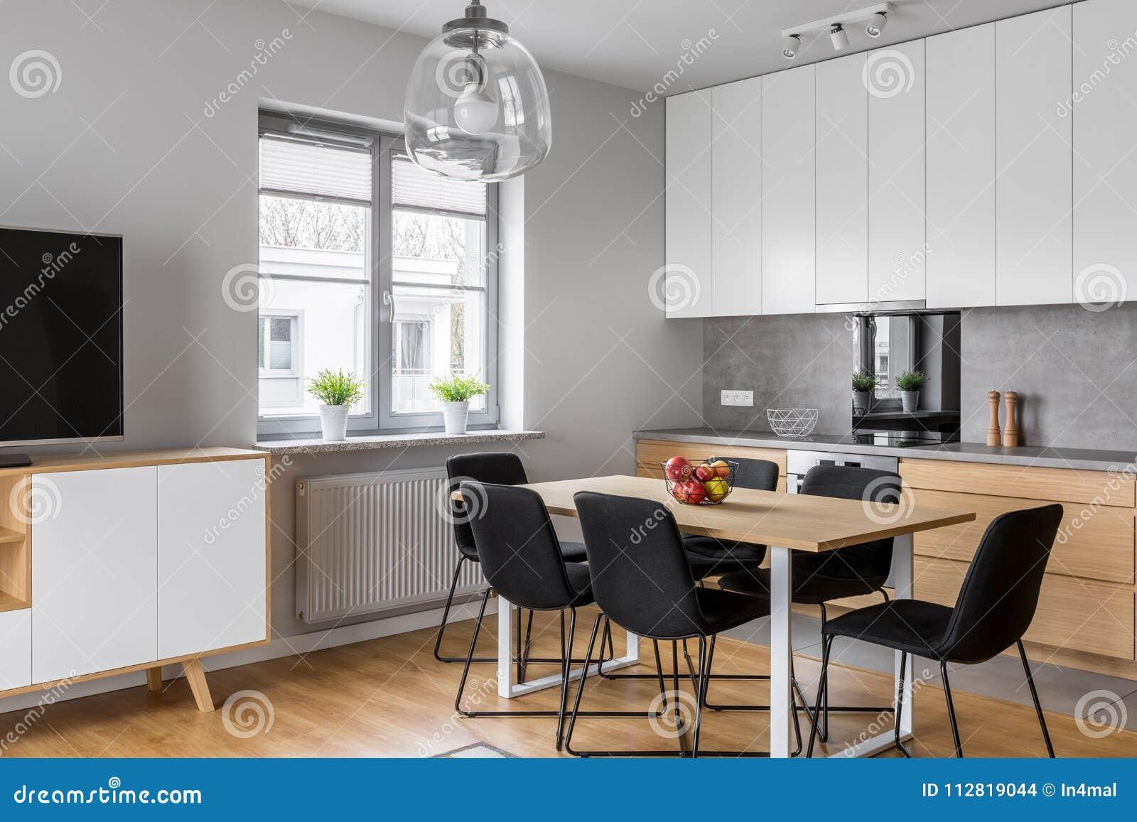 Cucina con sala da pranzo fotografia stock. Immagine di dell - 112819044