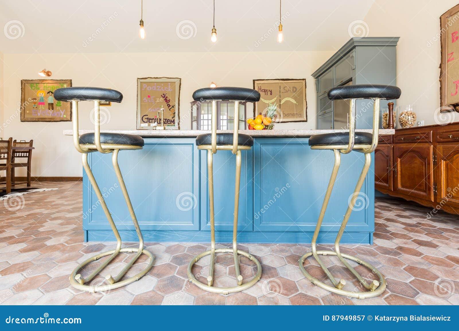 Cucina con un piano dappoggio e gli sgabelli da bar immagine