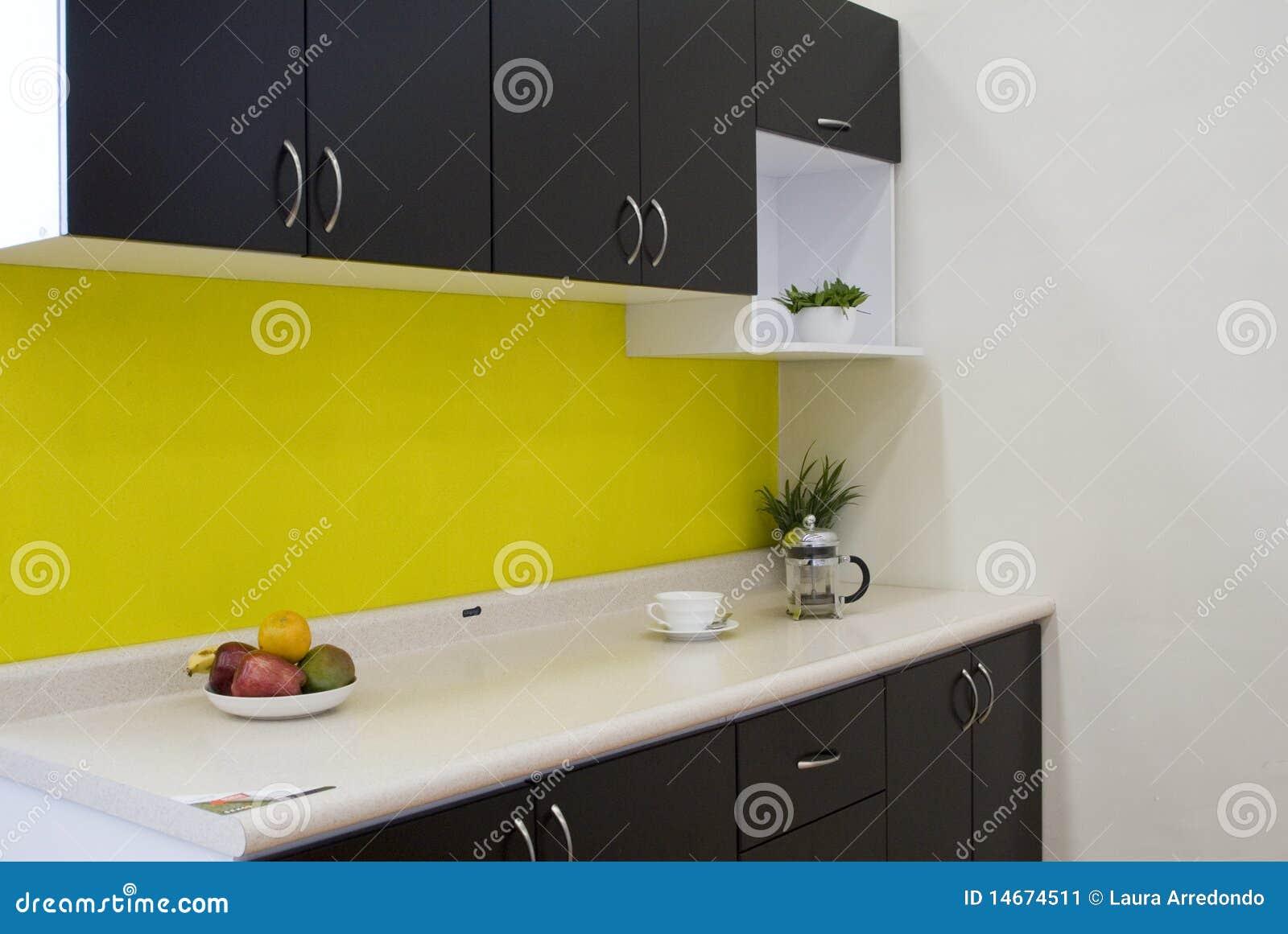 Cucina Con Una Parete Gialla Immagine Stock - Immagine: 14674511
