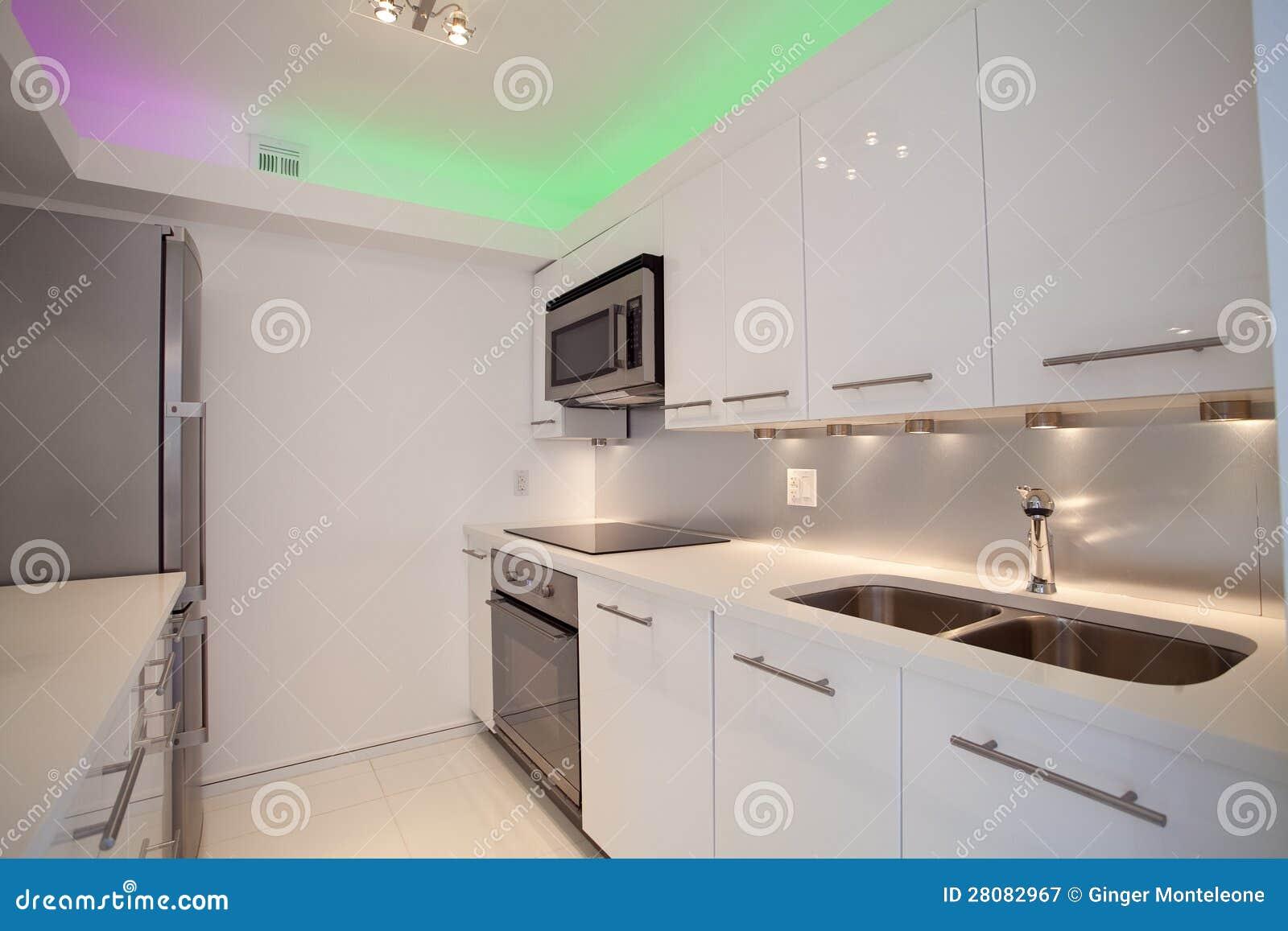 Cucina contemporanea bianca immagine stock immagine di for Cucina contemporanea prezzi