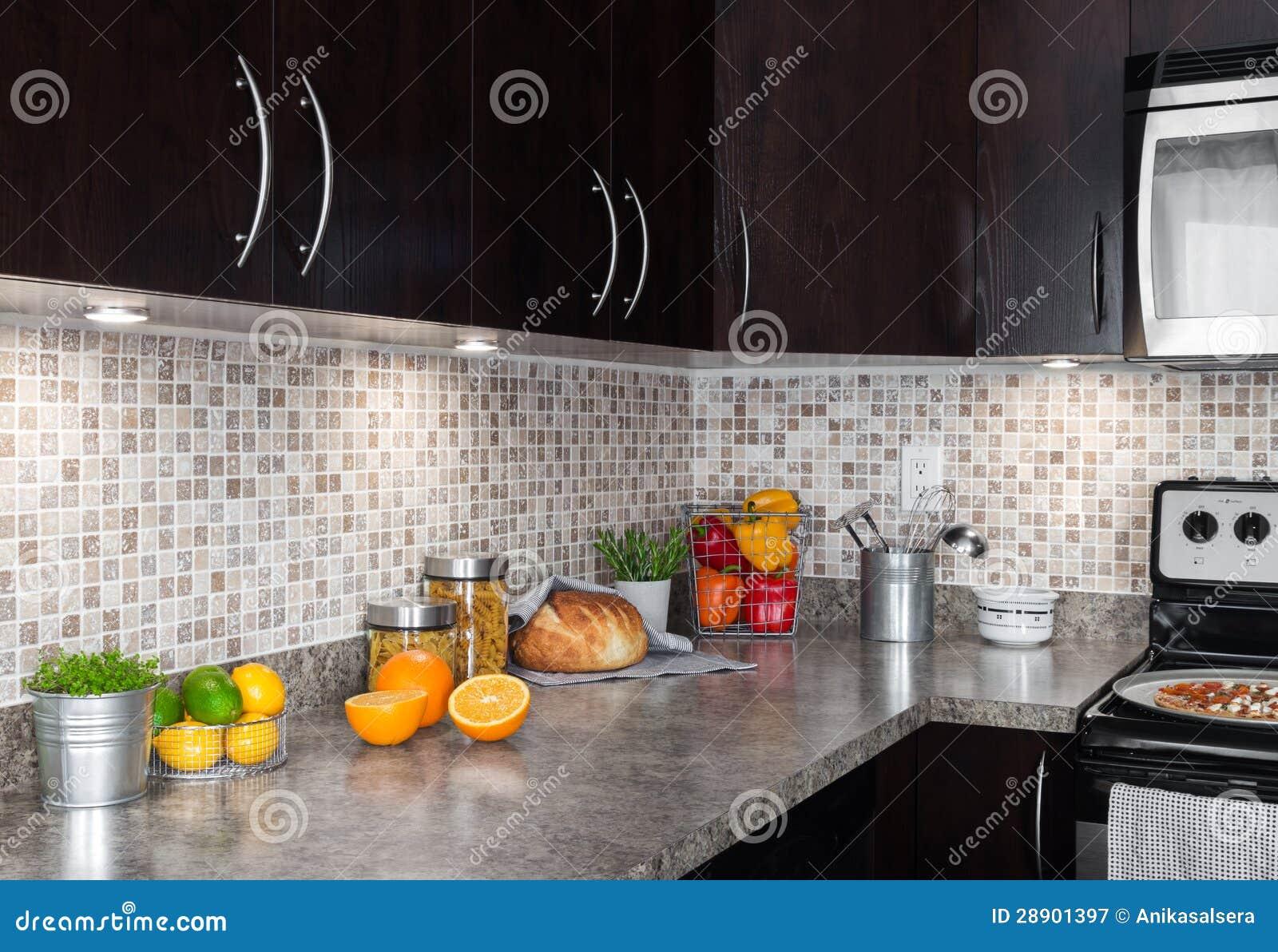 Cucina contemporanea con gli ingredienti di alimento sul for Cucina contemporanea prezzi