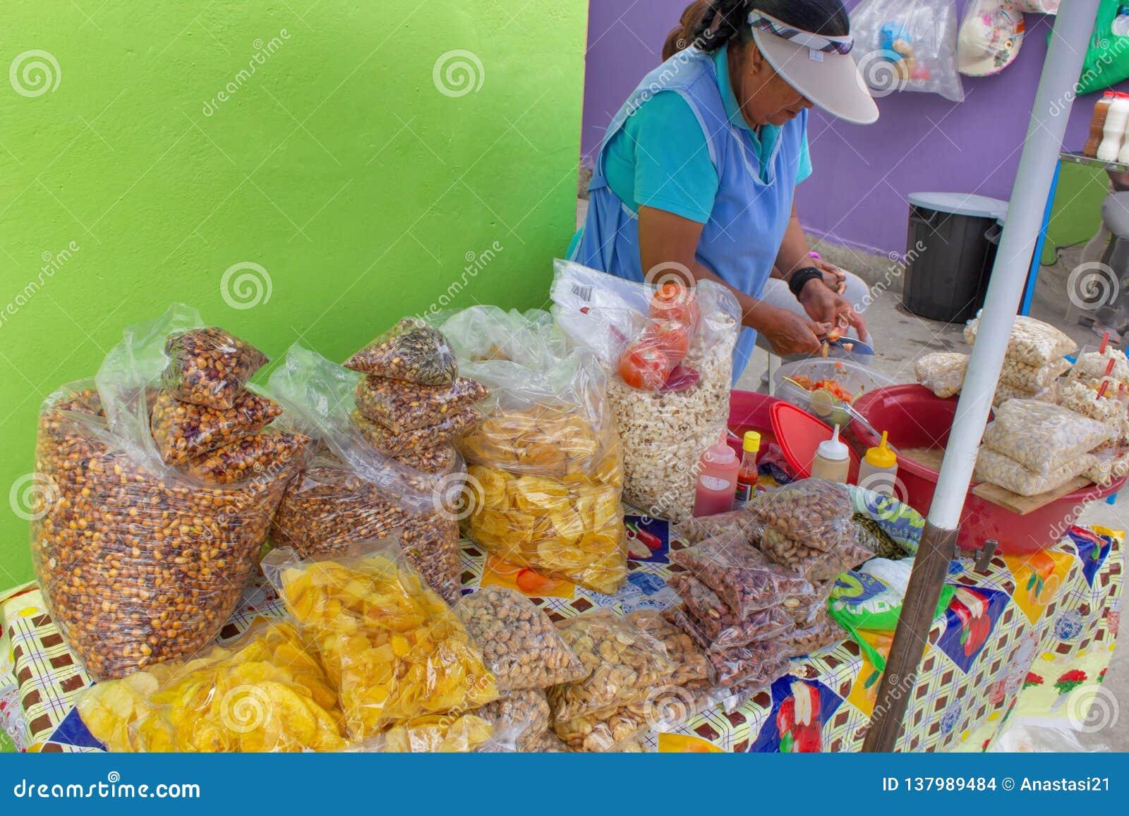 Cucina della via nell Ecuador, alimento di vendita di Equatorians, spuntini nazionali da cereale, griglia, popcorn, cereale fritt