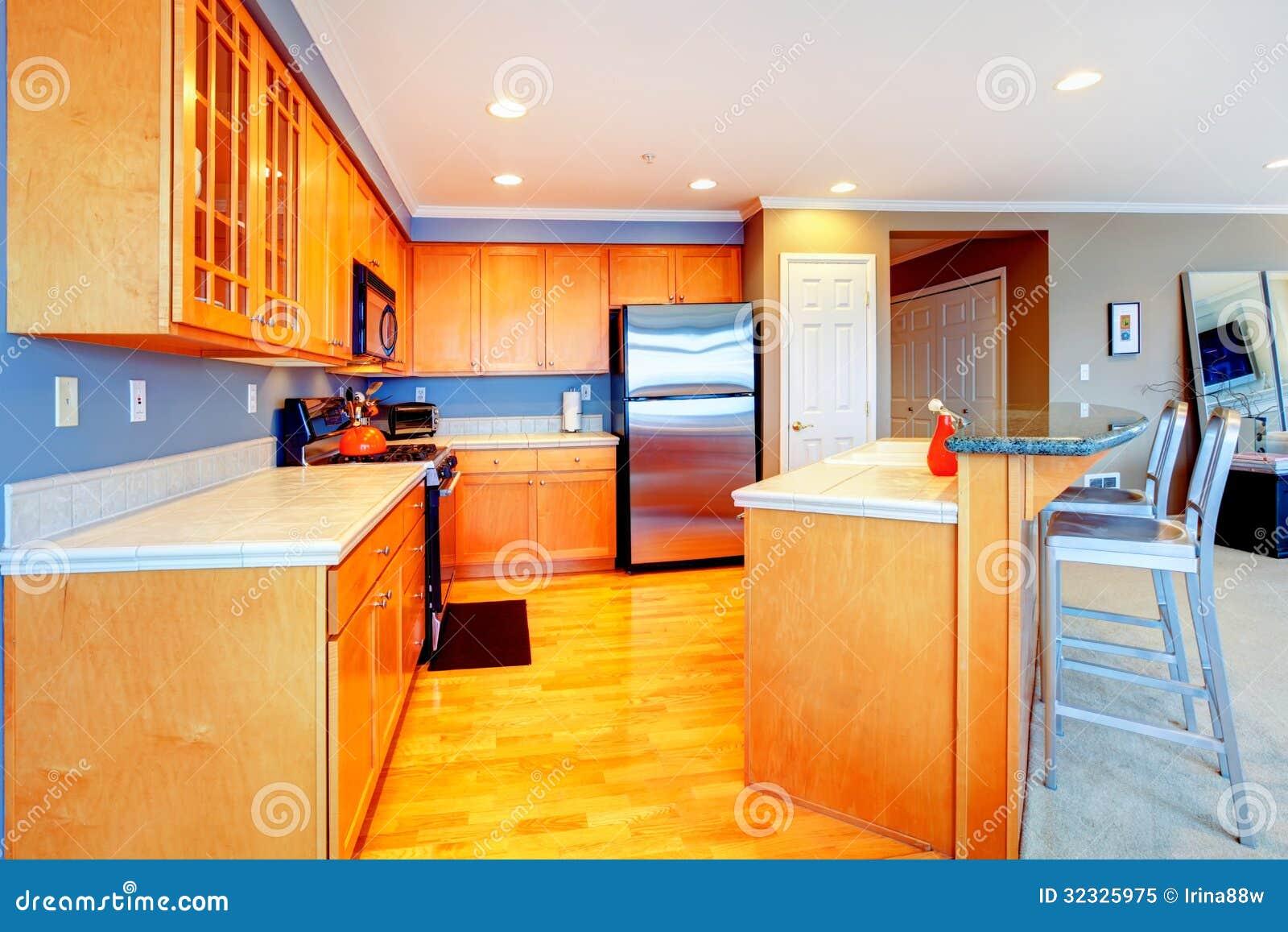 Cucina di legno arancio dellappartamento della città con gli