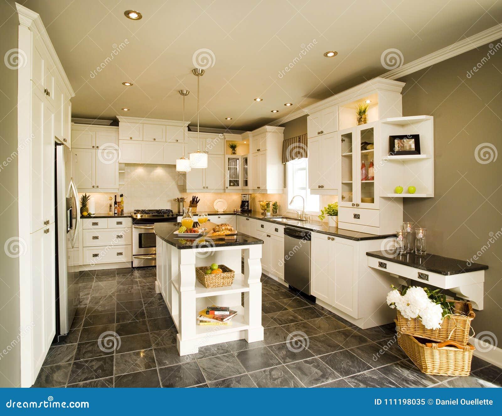 Cucina Di Legno Bianca Contemporanea Con L\'isola Immagine Stock ...