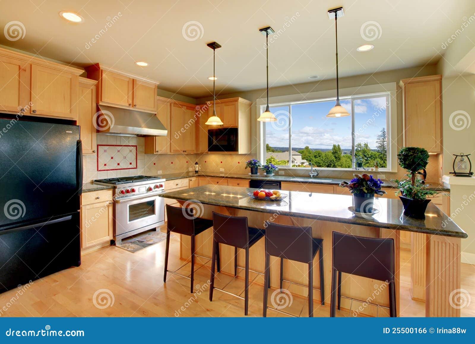 Cucina di legno classica di lusso con l isola fotografia stock