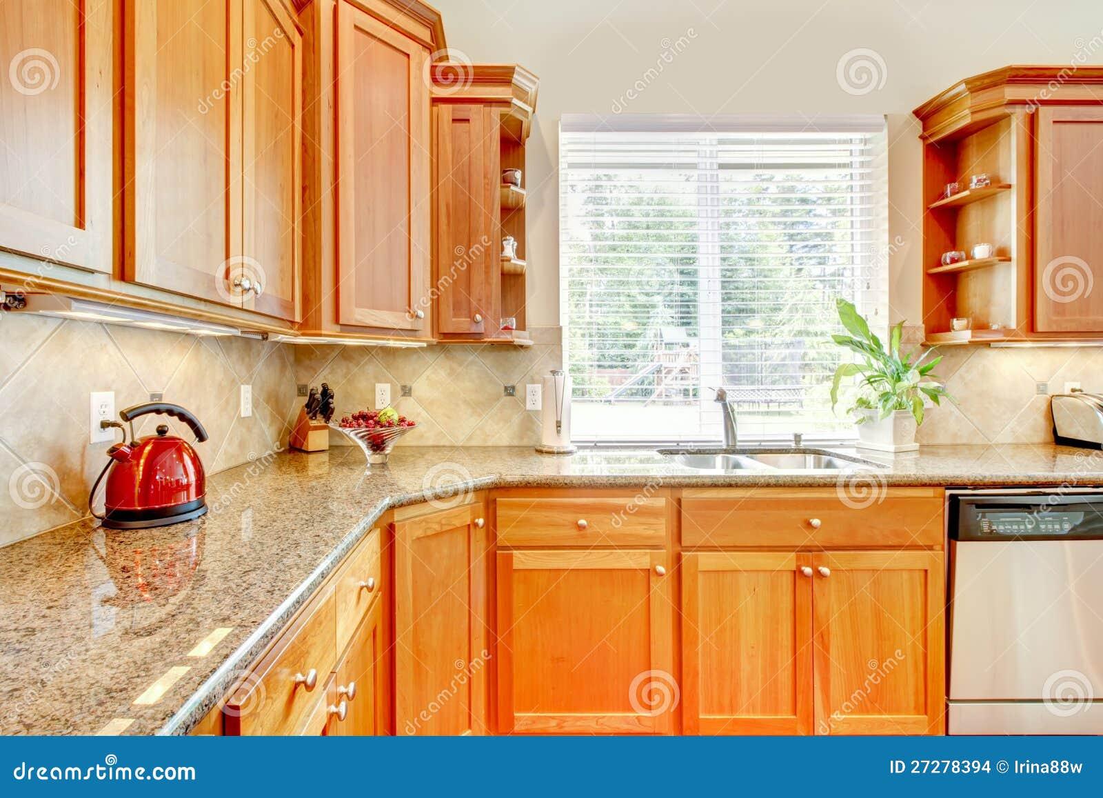 Cucina di legno di lusso con granito e la finestra - Cucina di lusso ...