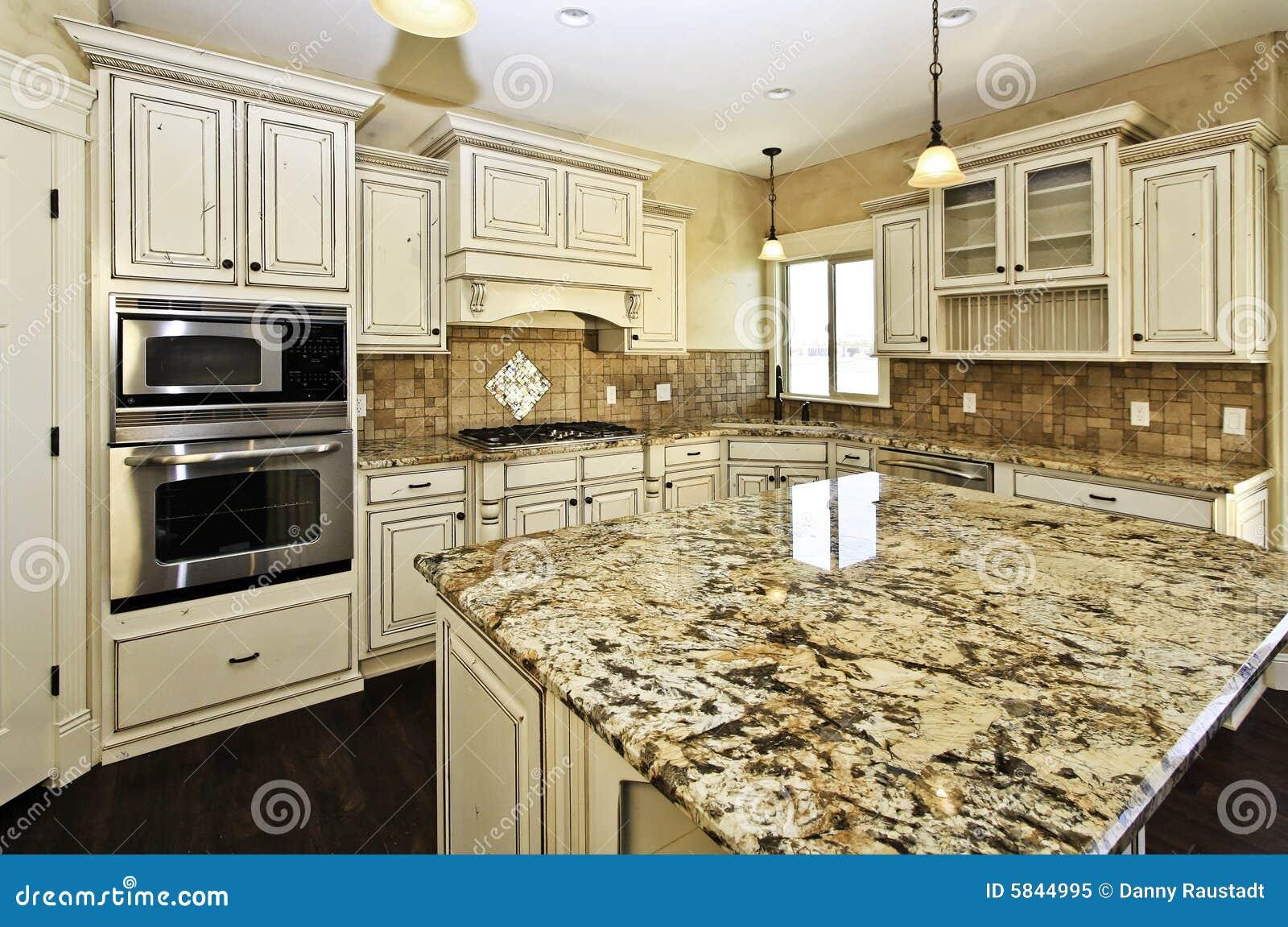 Cucina Di Lusso Bianca Spaziosa Immagine Stock - Immagine di ...