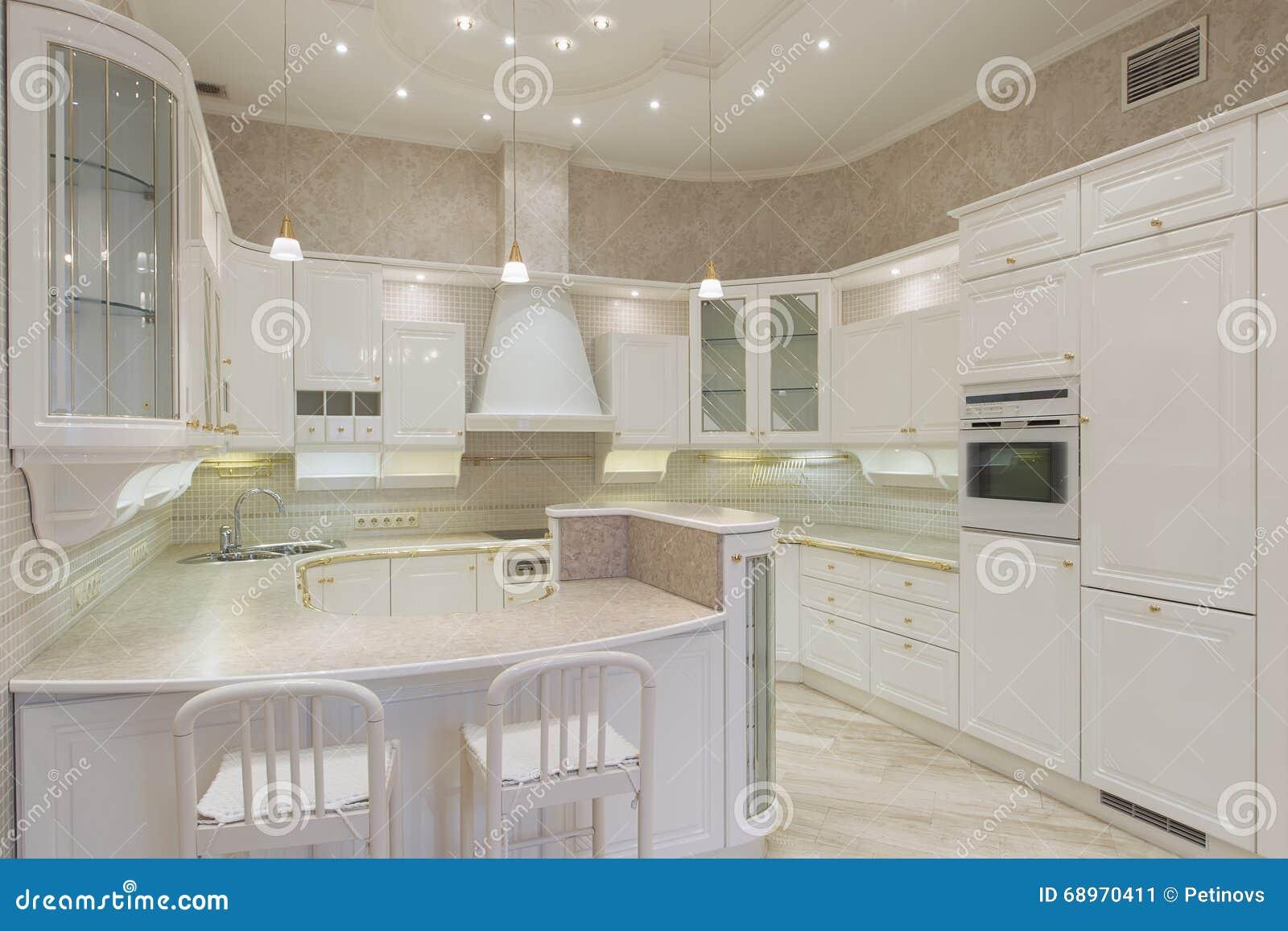 Cucina di lusso bianca in una casa moderna immagine stock for Casa moderna bianca