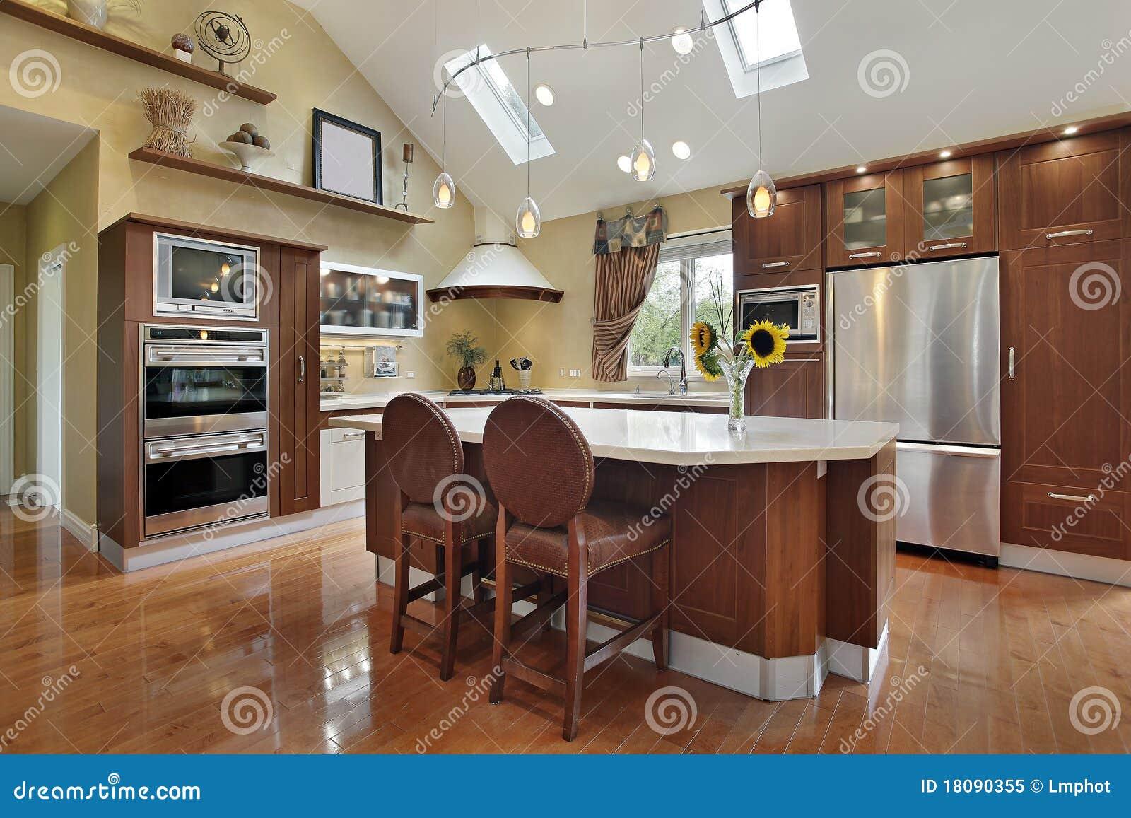 Cucina di lusso con cabinetry del redwood fotografia stock for Cucine in stock