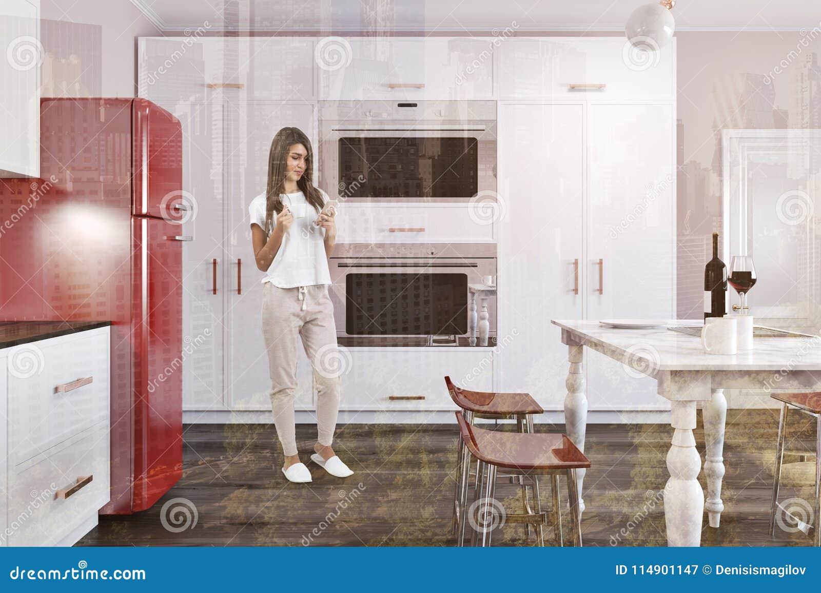 Cucina di lusso con il frigorifero rosso della tavola di for Sedie rosse cucina
