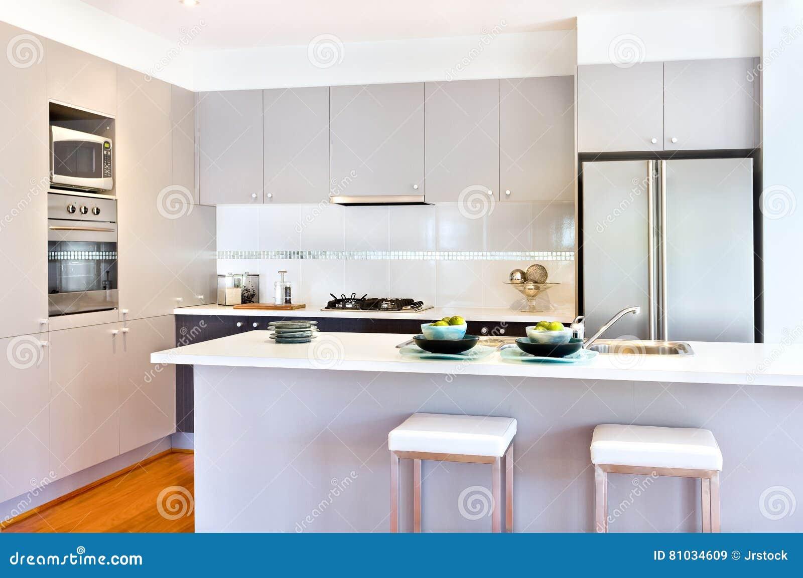Cucina di lusso con le pareti bianche di una casa moderna for Pareti casa moderna