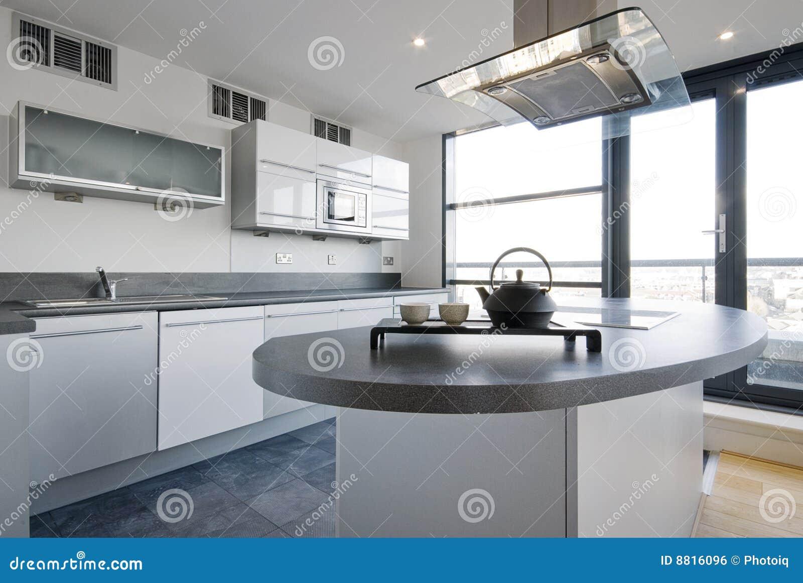 Cucina di lusso con le zone di lavoro separate fotografia - Cucina di lusso ...