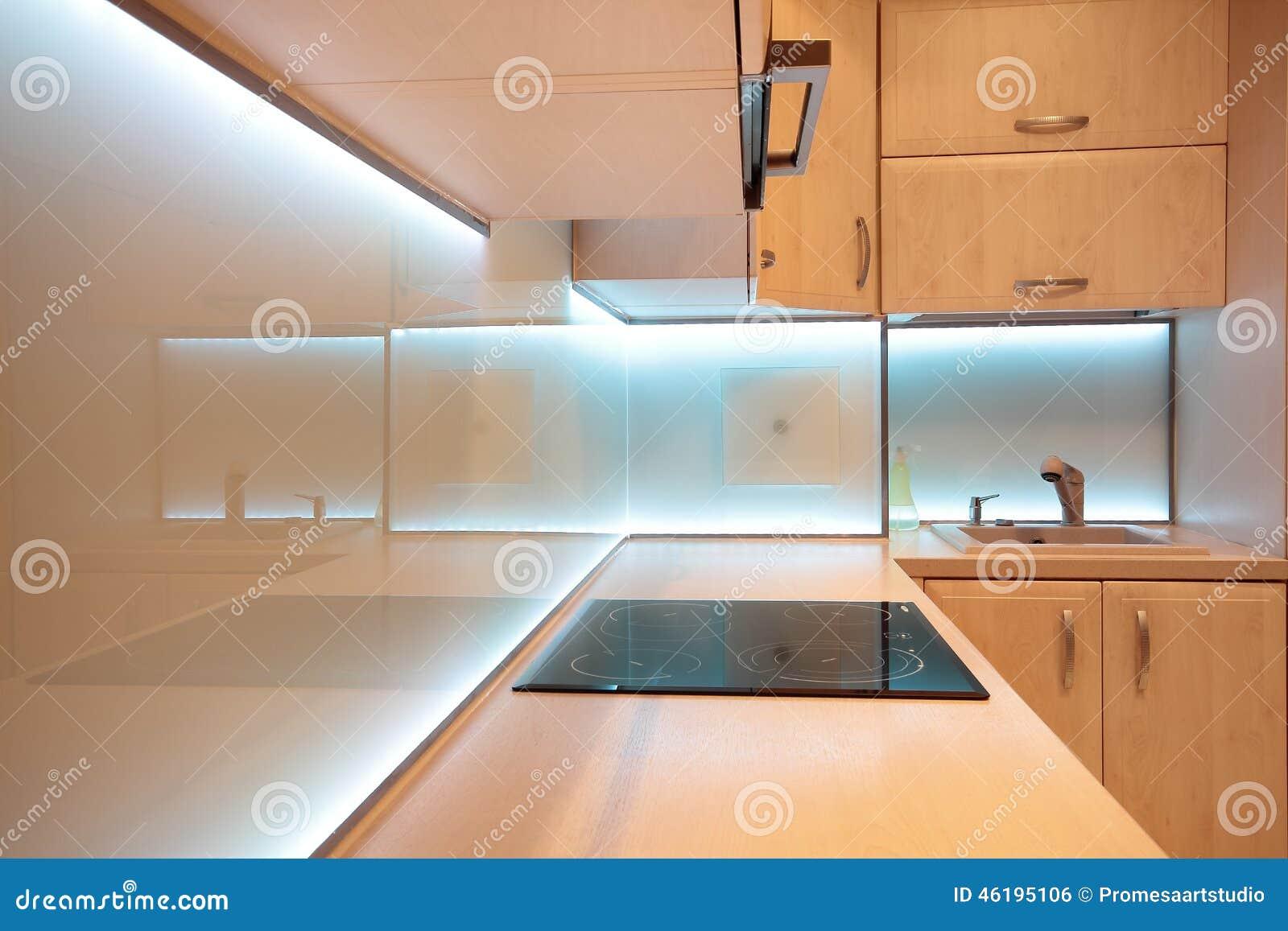 Cucina Di Lusso Moderna Con Illuminazione Bianca Del LED Fotografia ...