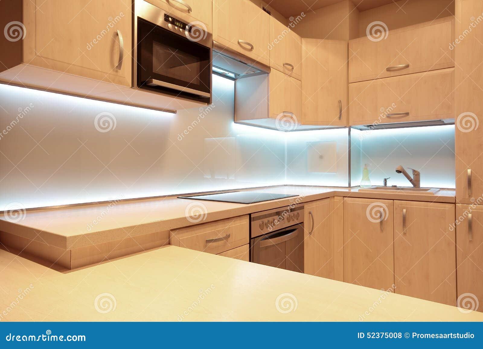 Cucina di lusso moderna con illuminazione bianca del led fotografia