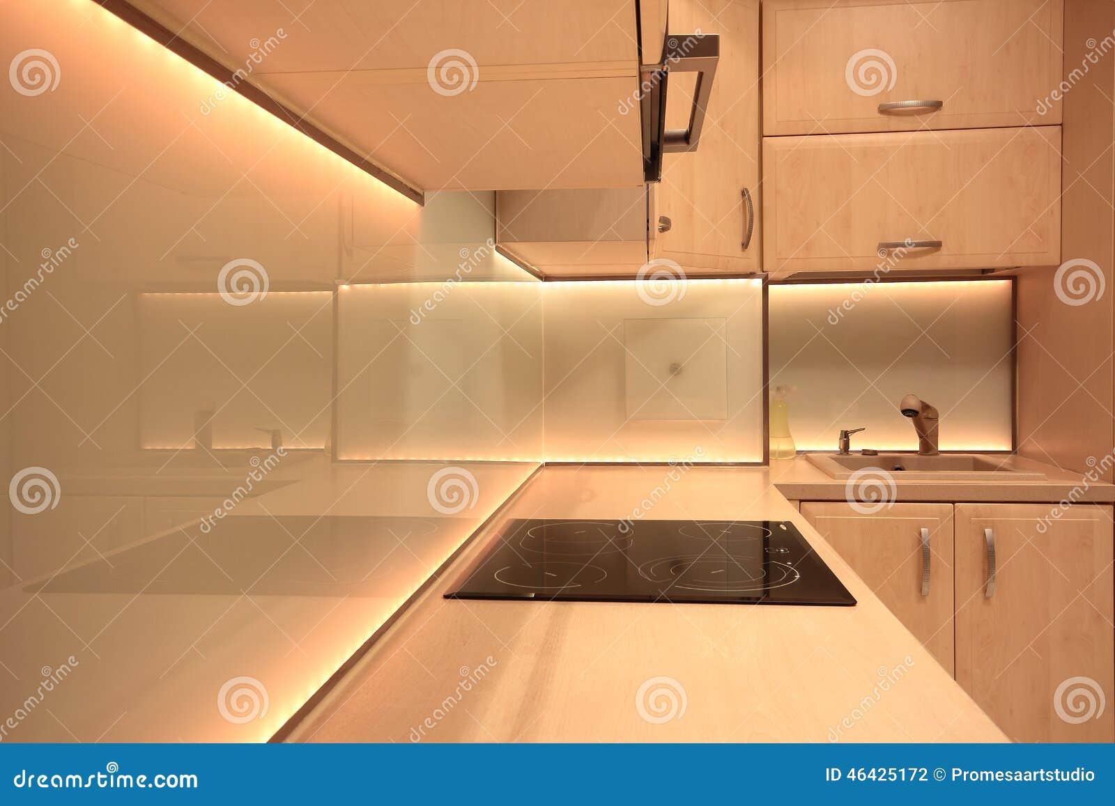 Cucina di lusso moderna con illuminazione gialla del led