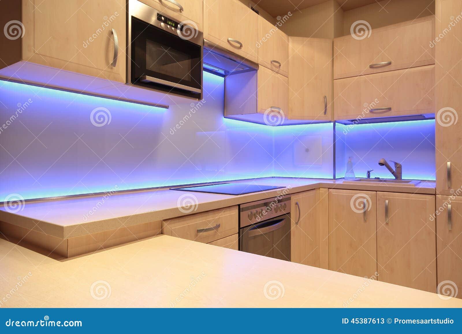Cucina Di Lusso Moderna Con Illuminazione Porpora Del LED Immagine ...
