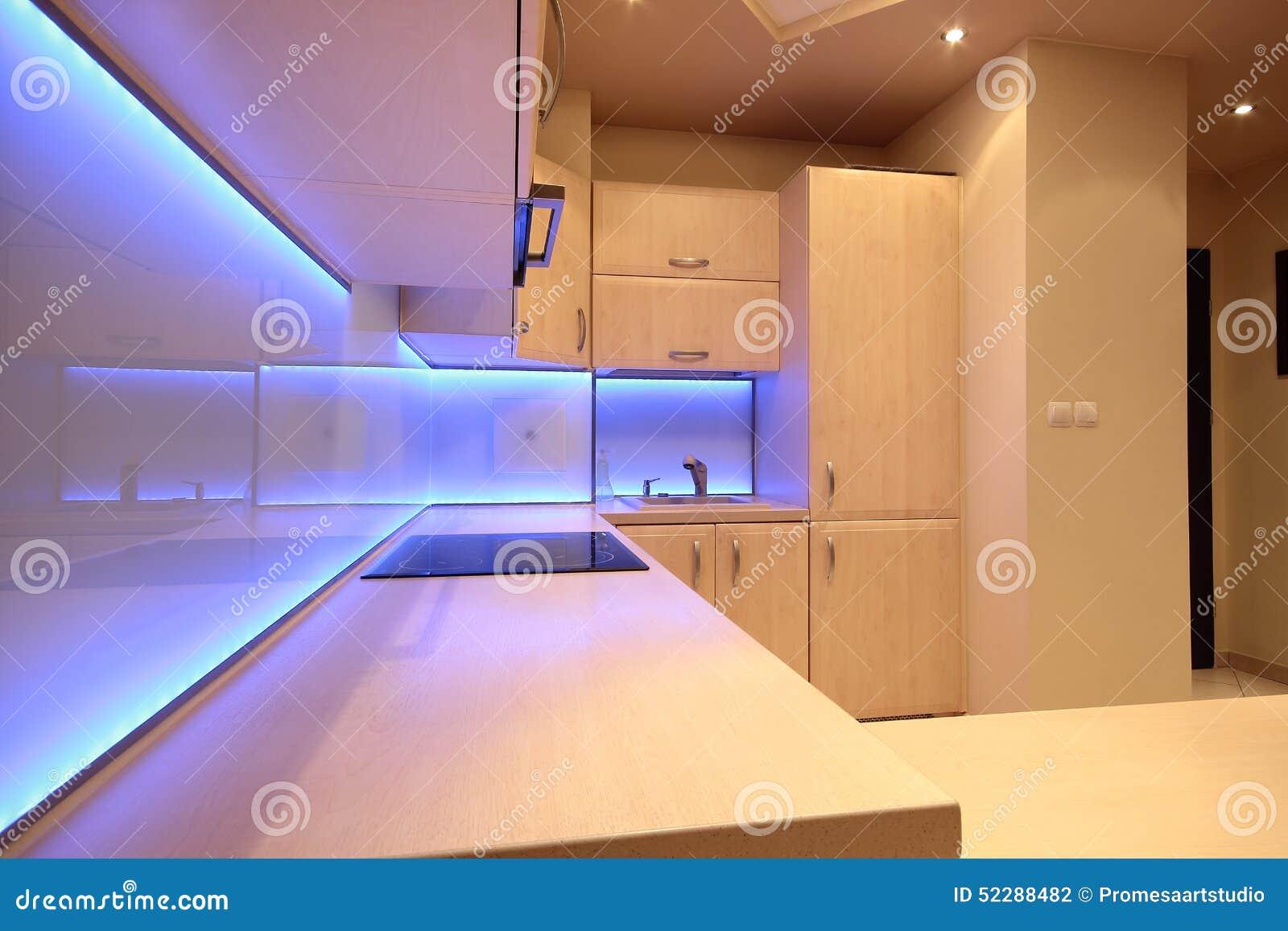 Cucina di lusso moderna con illuminazione porpora del led