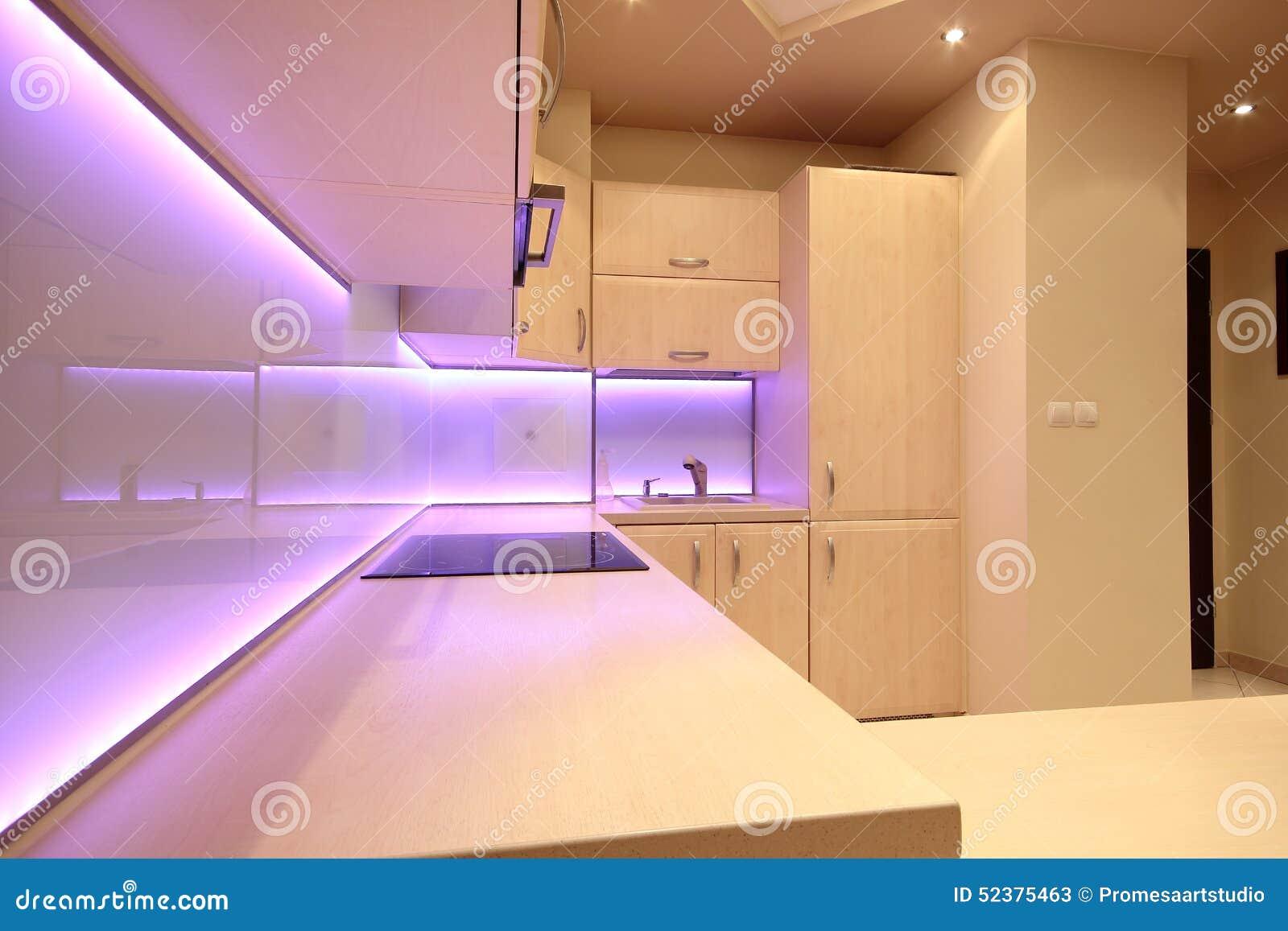 Cucina di lusso moderna con illuminazione rosa del led immagine