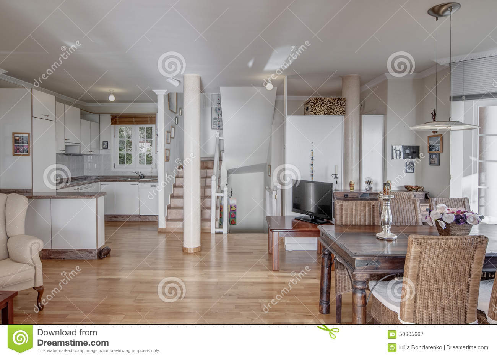 Cucina di stylewhite con sala da pranzo immagine stock for Cucina con sala da pranzo