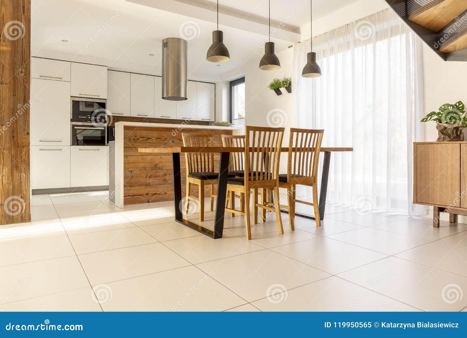 Cucina e sala da pranzo spaziose e aperte con la tavola e for Tavola da pranzo in legno