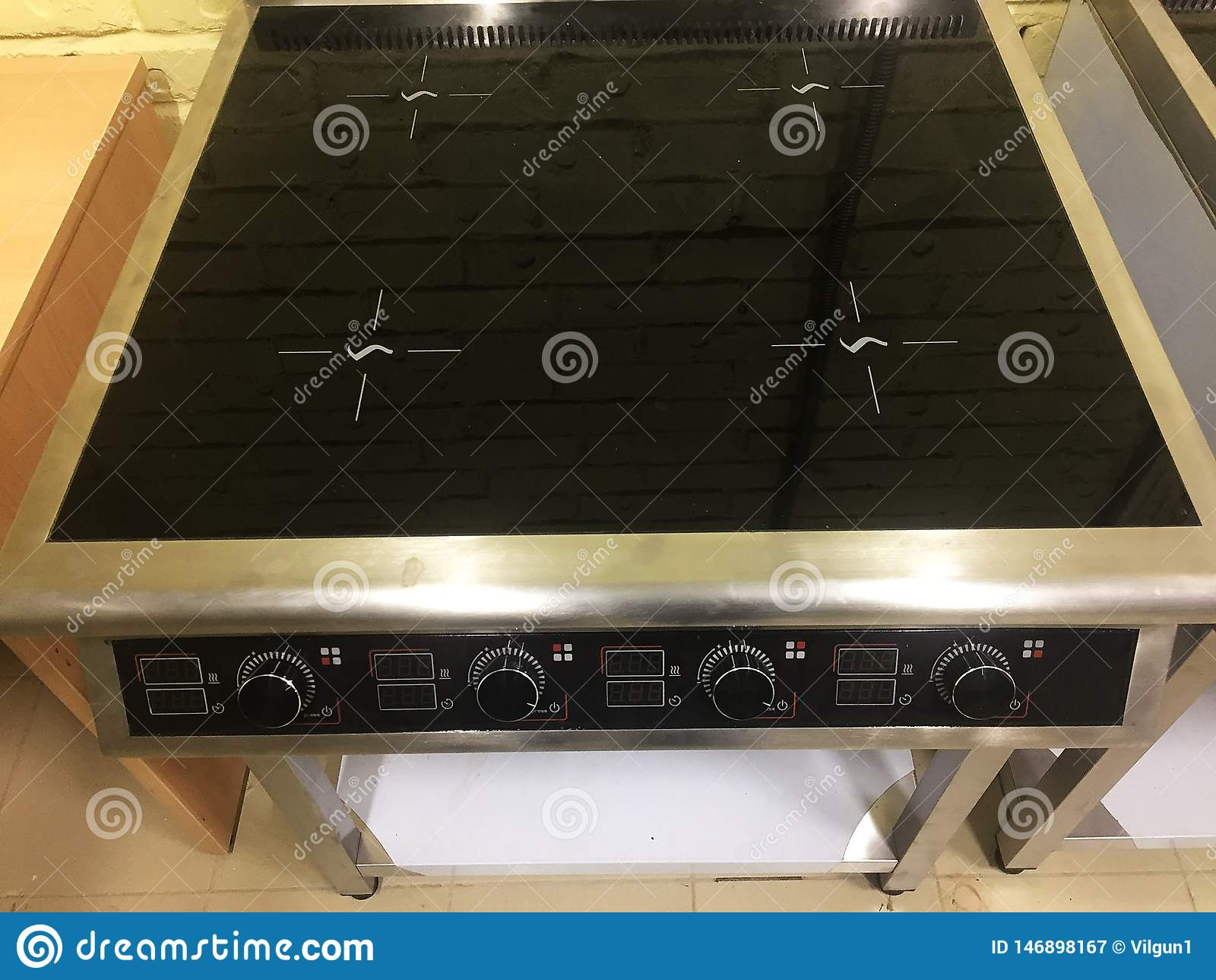 Cucina elettrica ad una funzione industriale Avverta l attrezzatura nell azione Dettagli e primo piano