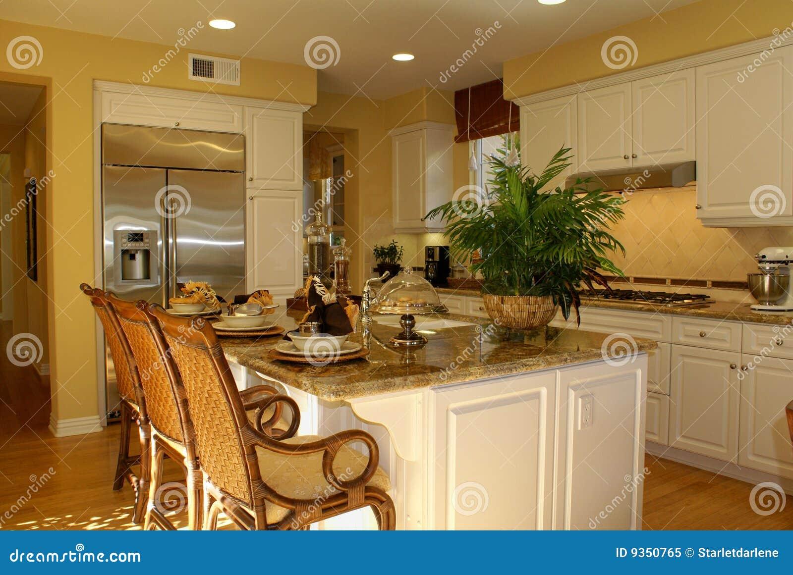 Cucina Gialla Piena Di Sole Con I Pavimenti Di Legno E Gli Armadietti  #724512 1300 960 Armadietti Da Cucina