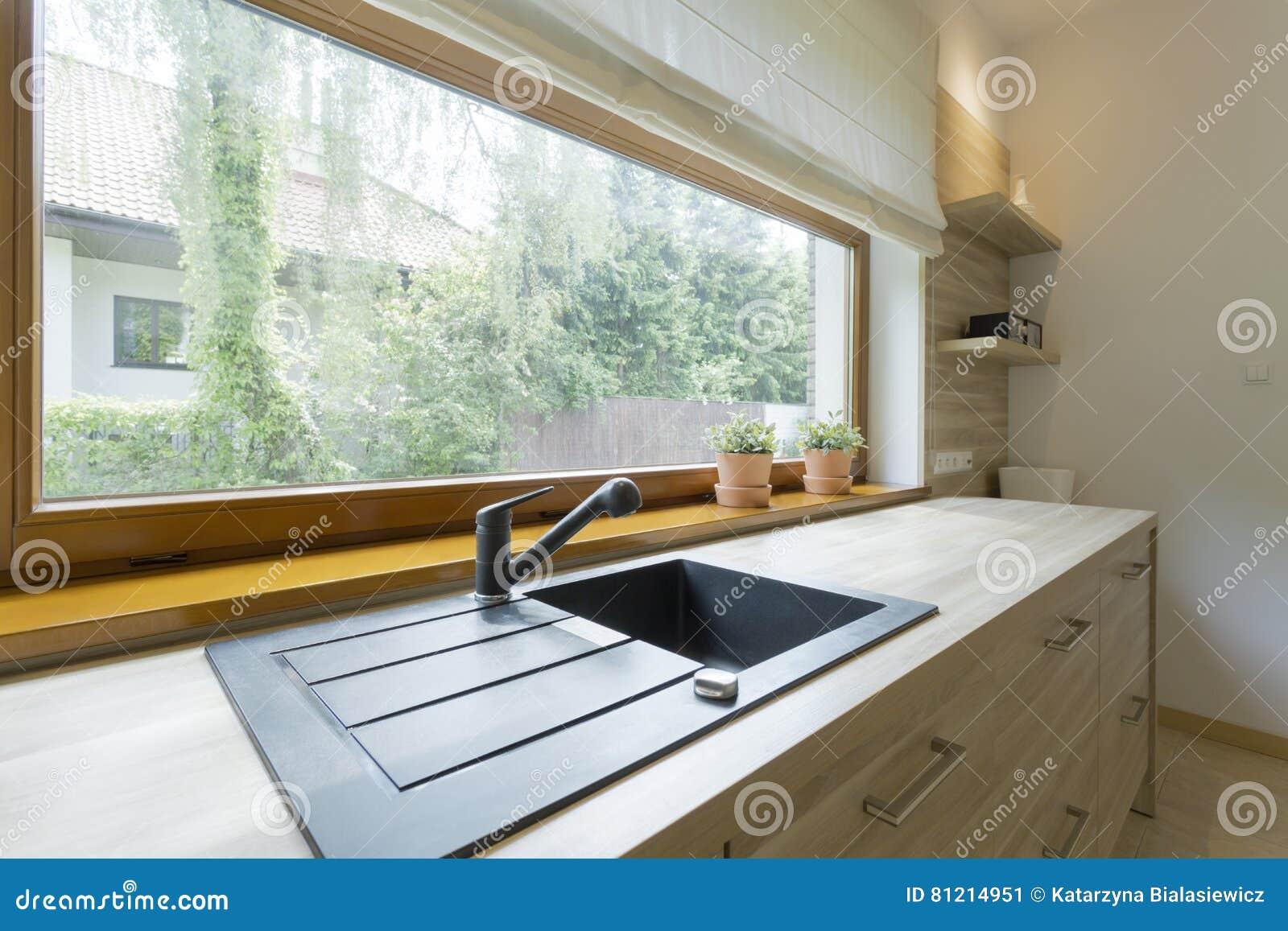 Cucina Con Finestra Orizzontale cucina luminosa con la vista panoramica della vicinanza
