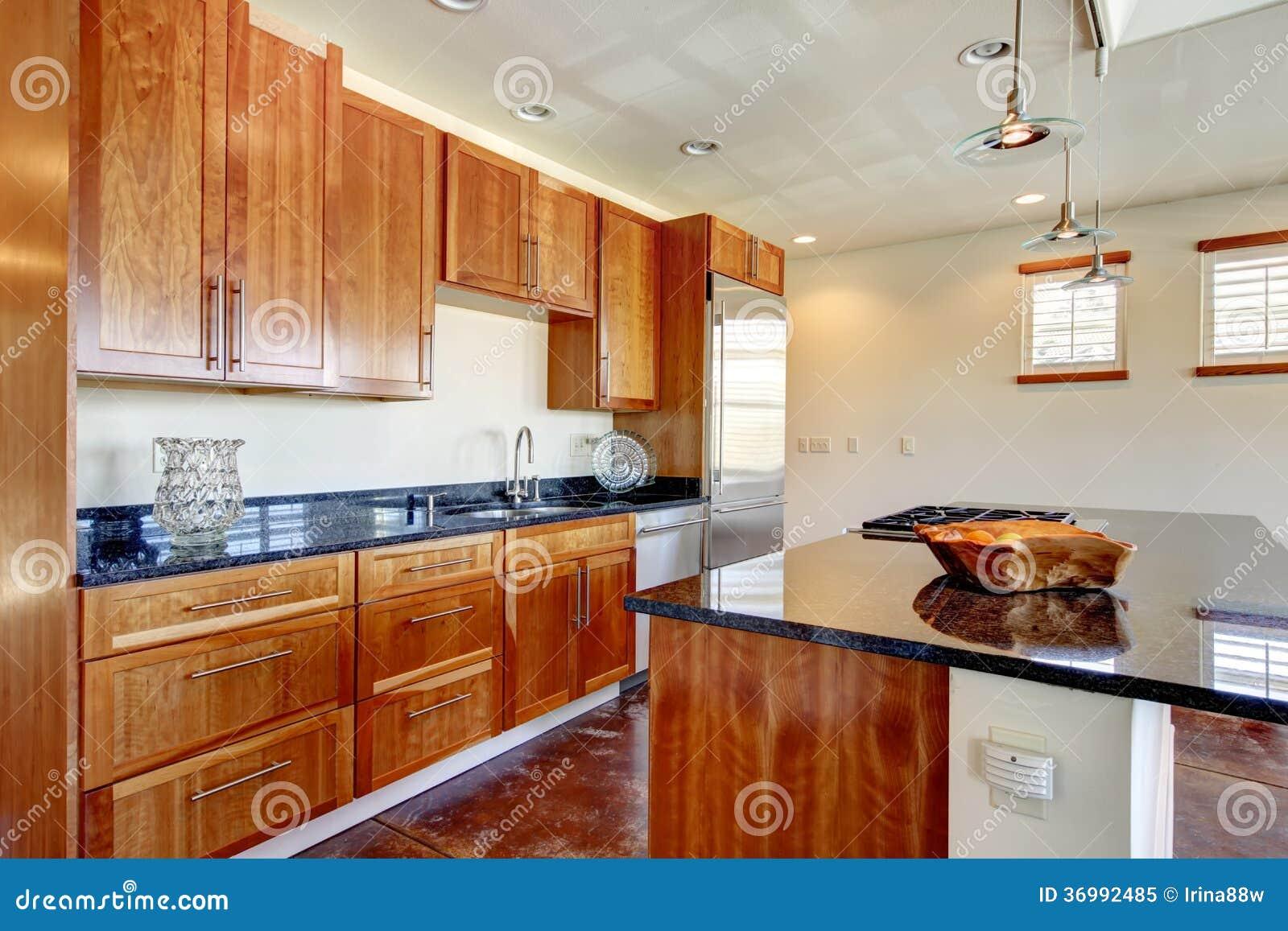La Stanza Moderna Della Cucina Con Gli Armadi Da Cucina Di Legno Di  #843611 1300 957 Armadi Da Cucina Di Legno Solido