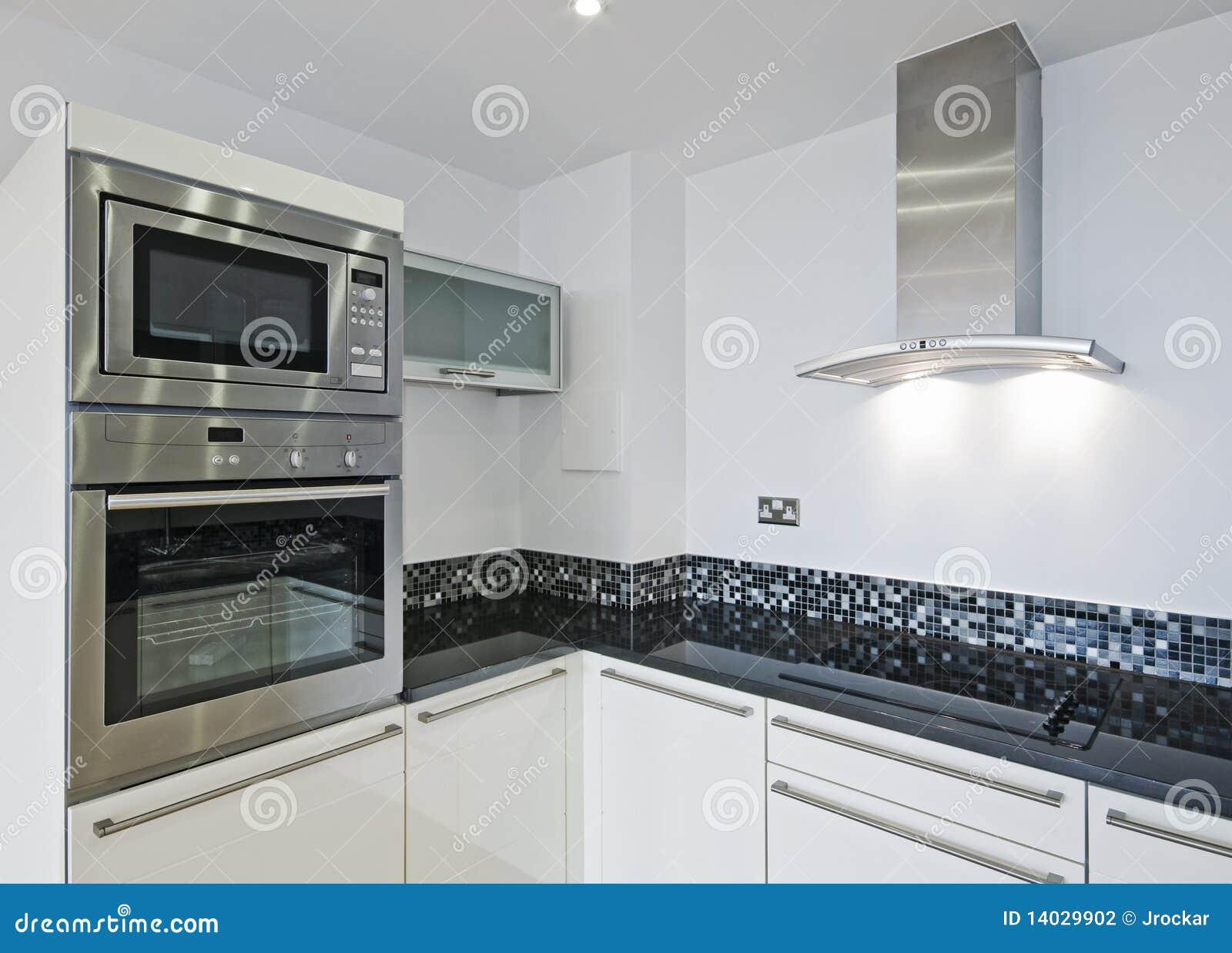 Cucina moderna del progettista con le mattonelle di pietra del worktop ...