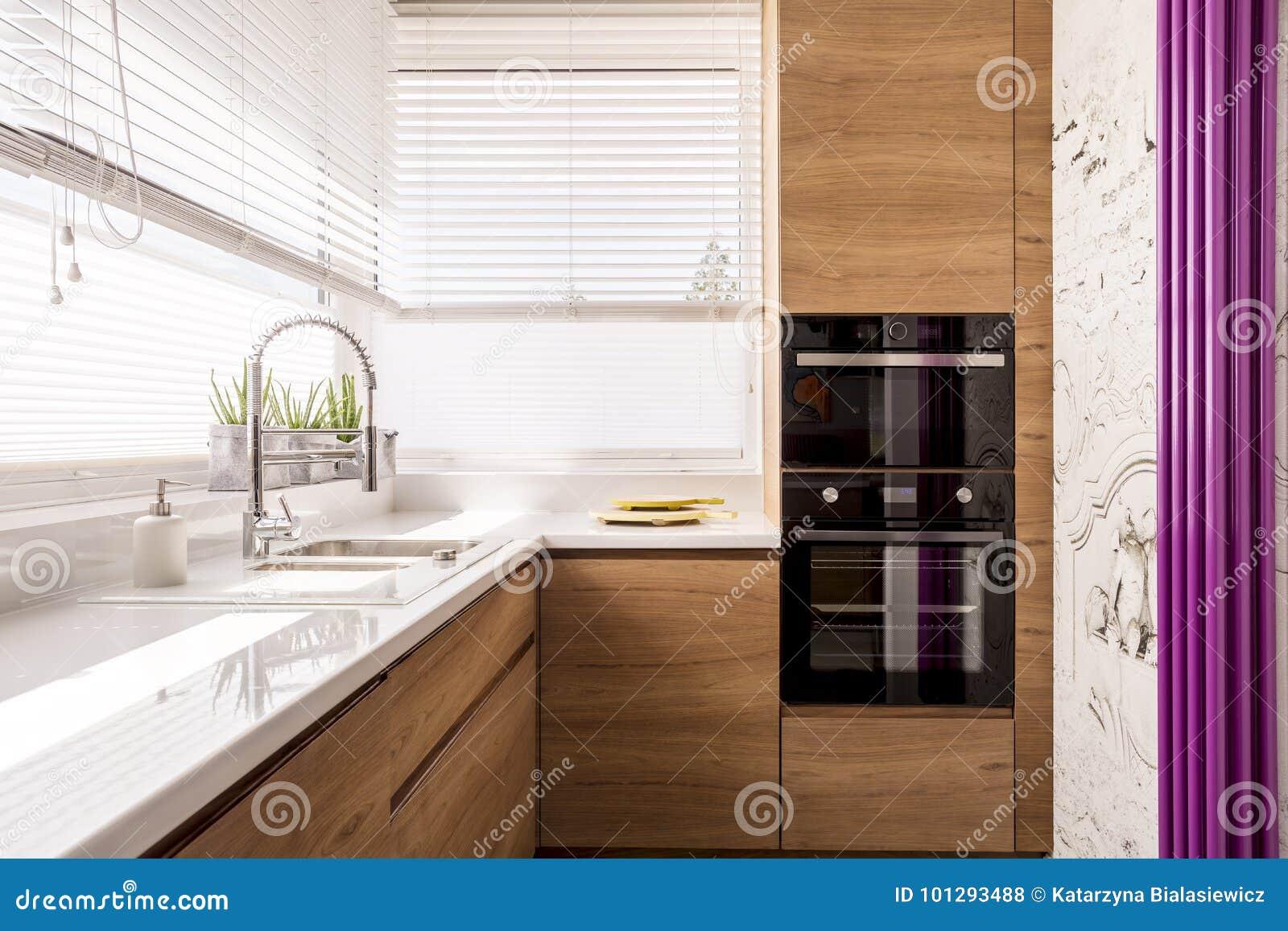 Cucina Moderna Con Gli Accenti Di Legno Fotografia Stock - Immagine ...
